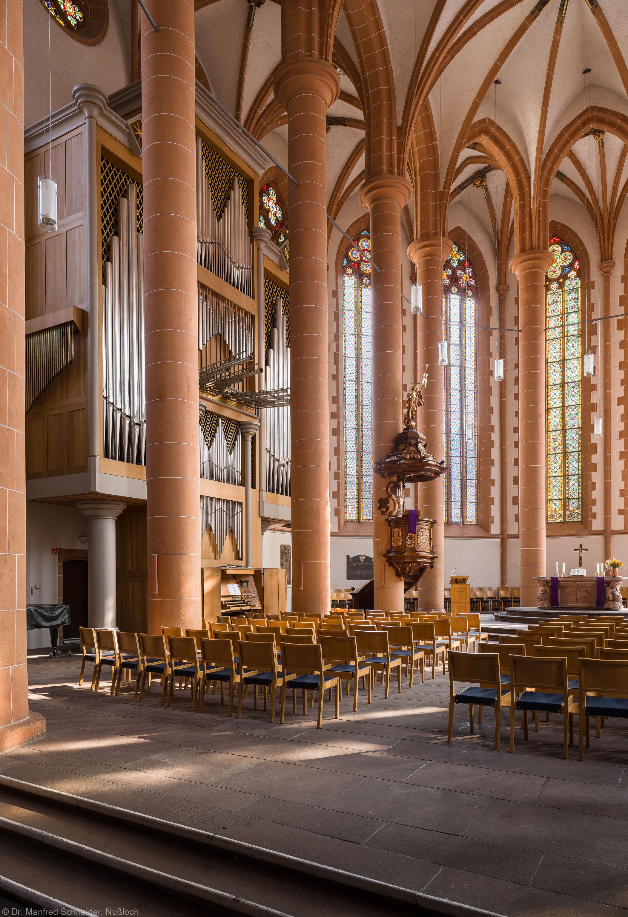 Heidelberg - Heiliggeistkirche - Chor - Blick in den Chor nach Nordosten mit Säulen, Orgel, Kanzel und Altar (aufgenommen im März 2013, am Vormittag)