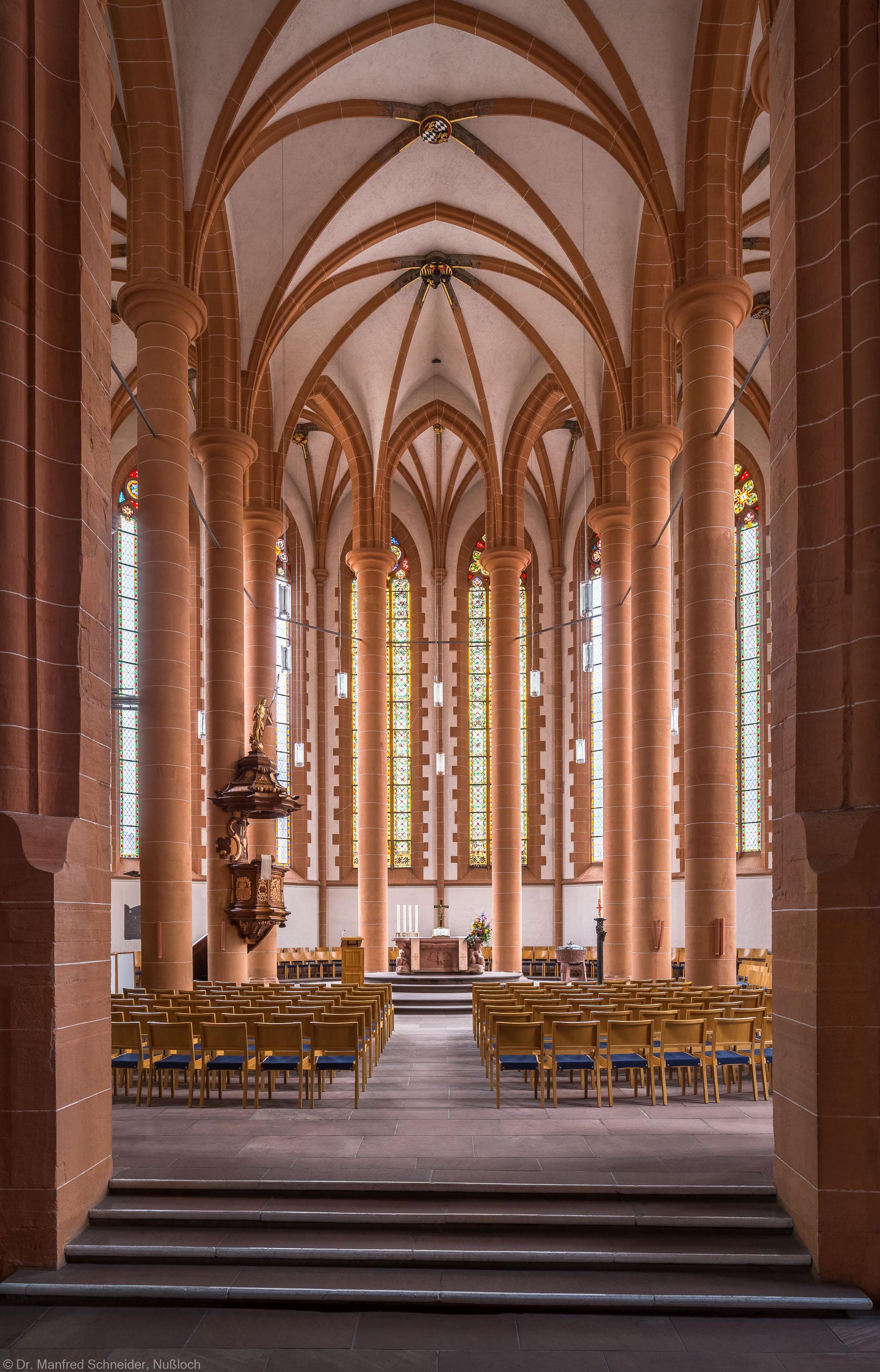 Heidelberg - Heiliggeistkirche - Chor - Blick in den Chor mit Triumphbogenpfeiler, Säulen, Gewölbe, Kanzel und Altar (aufgenommen im April 2013, am frühen Vormittag)