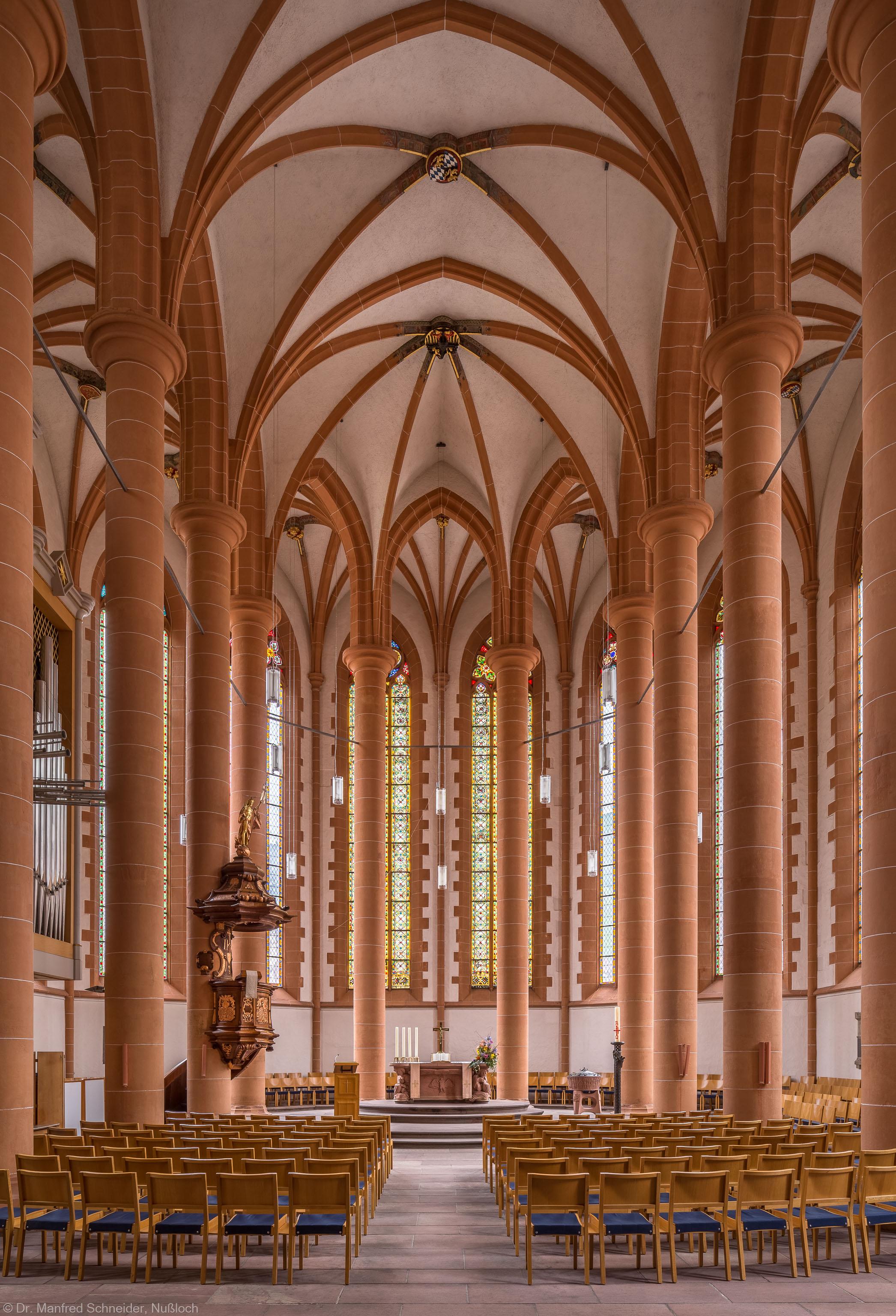 Heidelberg - Heiliggeistkirche - Chor - Blick in den Chor mit Säulen, Gewölbe, Kanzel und Altar (aufgenommen im April 2013, am Vormittag)