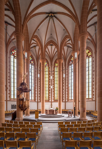 Heidelberg - Heiliggeistkirche - Chor - Blick in den Chor mit Säulen, Gewölbe, Kanzel und Altar (aufgenommen im April 2013, am späten Vormittag)