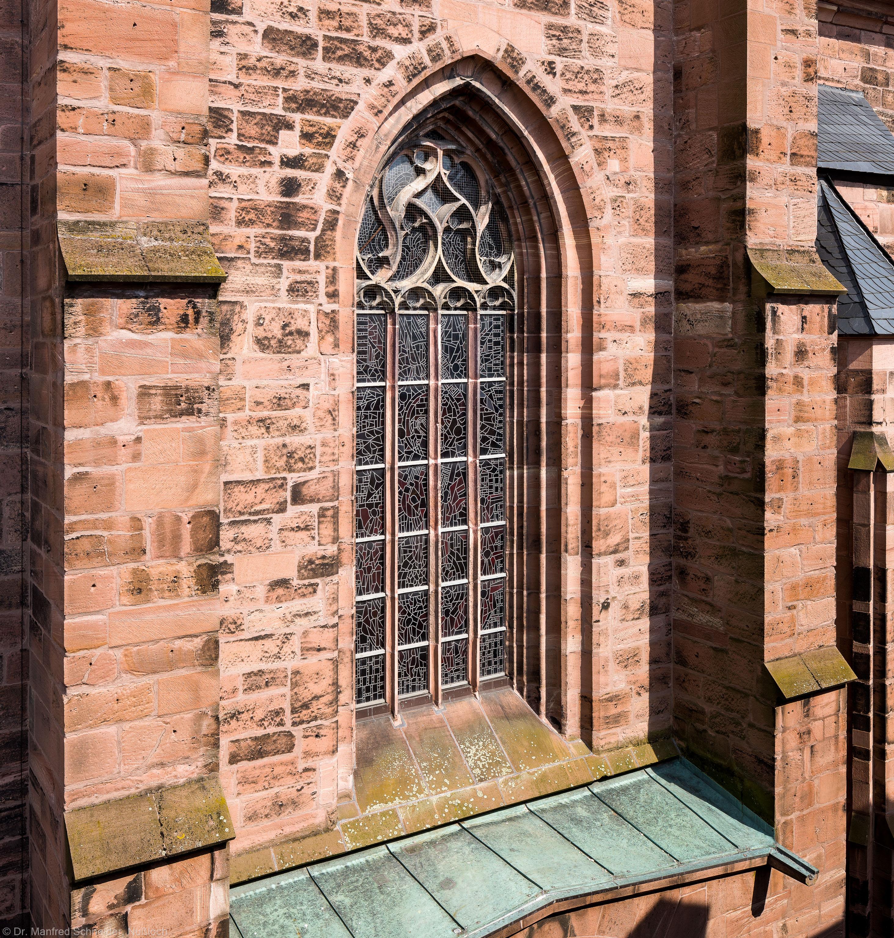 """Heidelberg - Heiliggeistkirche - Westbau - Blick vom 3. Stock des Sozialamtes (im Haus Fischmarkt 2) auf den Westbau und das """"Offenbarungsfenster"""" von Hans Gottfried von Stockhausen (aufgenommen im Juli 2013, am späten Nachmittag)"""