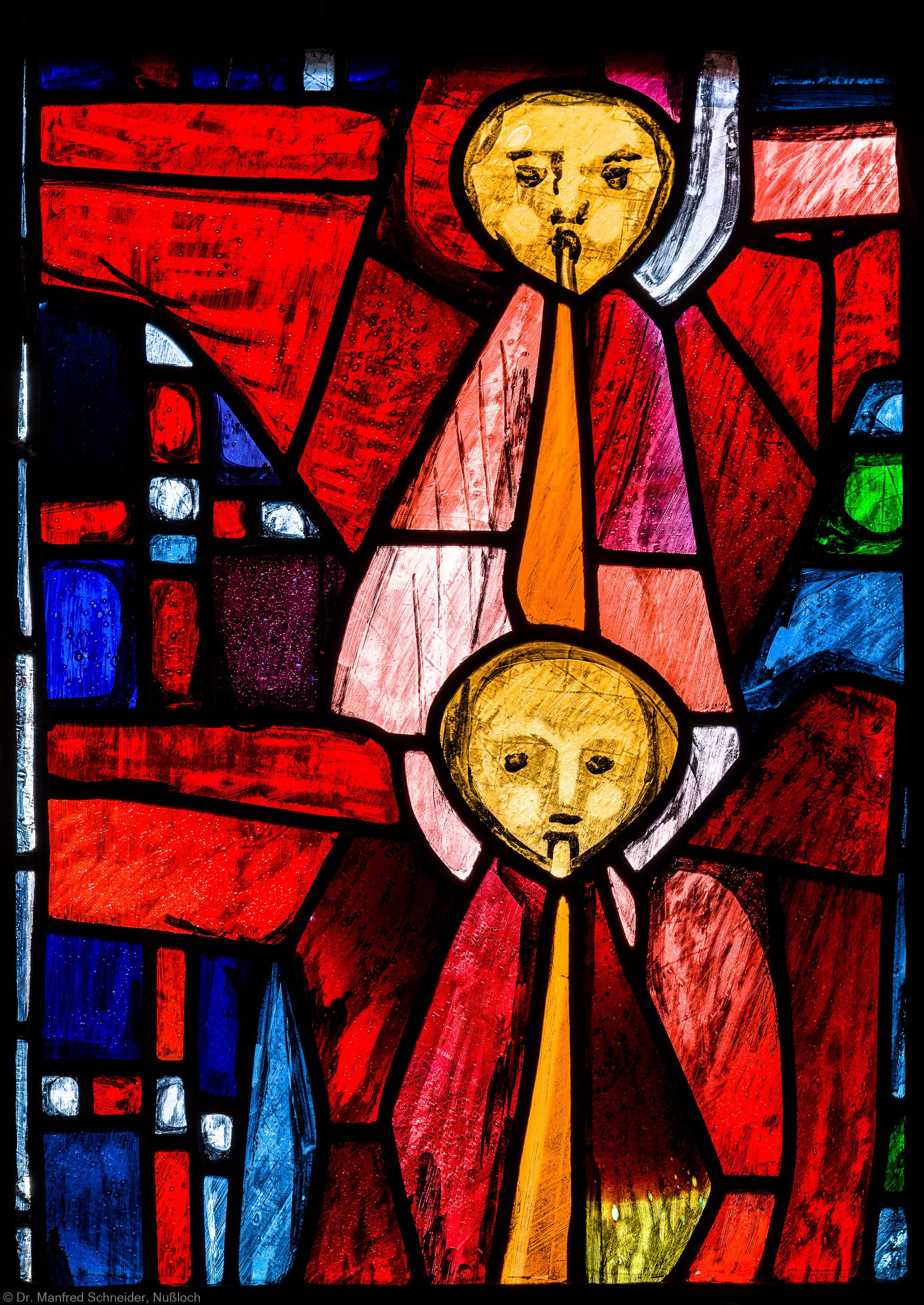 """Heidelberg - Heiliggeistkirche - Westempore - Engel (mittlere Zeile, 1. Bahn) aus dem """"Offenbarungsfenster"""" von Hans Gottfried von Stockhausen (aufgenommen im Juli 2013, am späten Nachmittag)"""