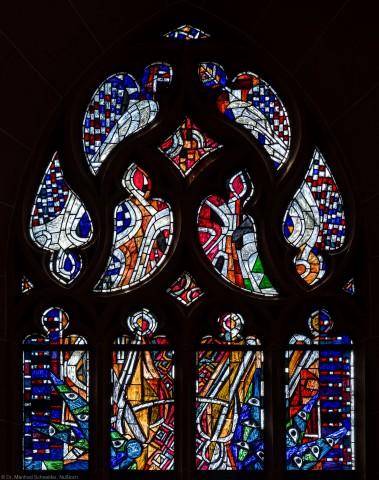 """Heidelberg - Heiliggeistkirche - Westempore - Oberes Drittel des """"Offenbarungsfensters"""" von Hans Gottfried von Stockhausen (aufgenommen im Juli 2013, am späten Nachmittag)"""