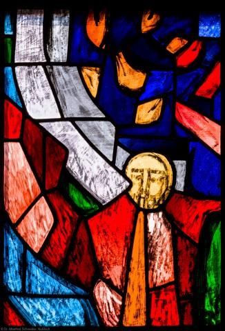 """Heidelberg - Heiliggeistkirche - Westempore - Engel (untere Zeile, 2. Bahn) aus dem """"Offenbarungsfenster"""" von Hans Gottfried von Stockhausen (aufgenommen im Juli 2013, am späten Nachmittag)"""
