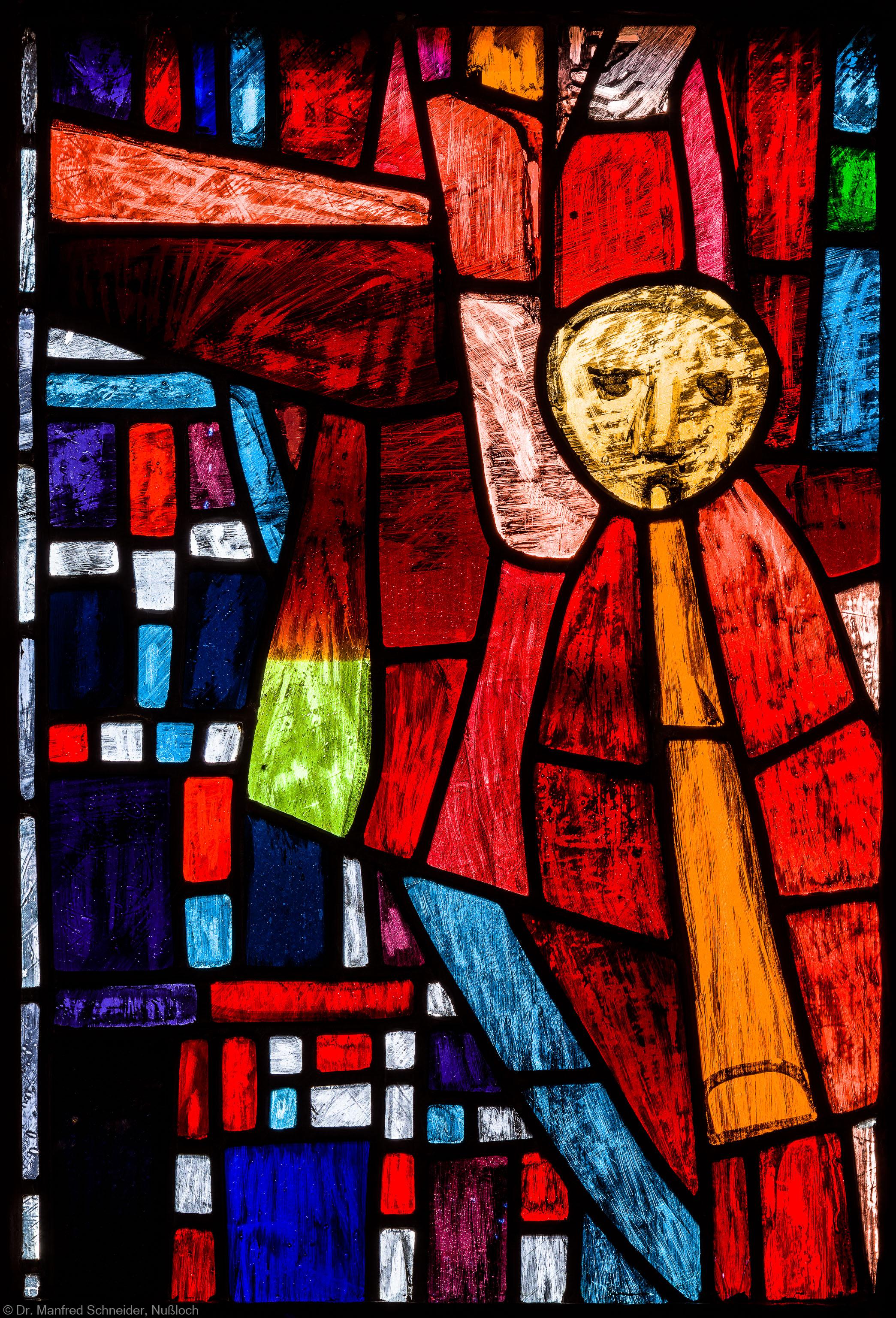 """Heidelberg - Heiliggeistkirche - Westempore - Engel (untere Zeile, 1. Bahn) aus dem """"Offenbarungsfenster"""" von Hans Gottfried von Stockhausen (aufgenommen im Juli 2013, am späten Nachmittag)"""
