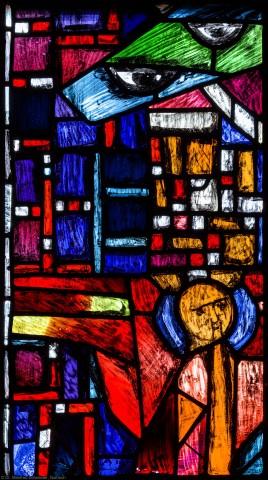 """Heidelberg - Heiliggeistkirche - Westempore - Engel (obere Zeile, 1. Bahn) aus dem """"Offenbarungsfenster"""" von Hans Gottfried von Stockhausen (aufgenommen im Juli 2013, am späten Nachmittag)"""