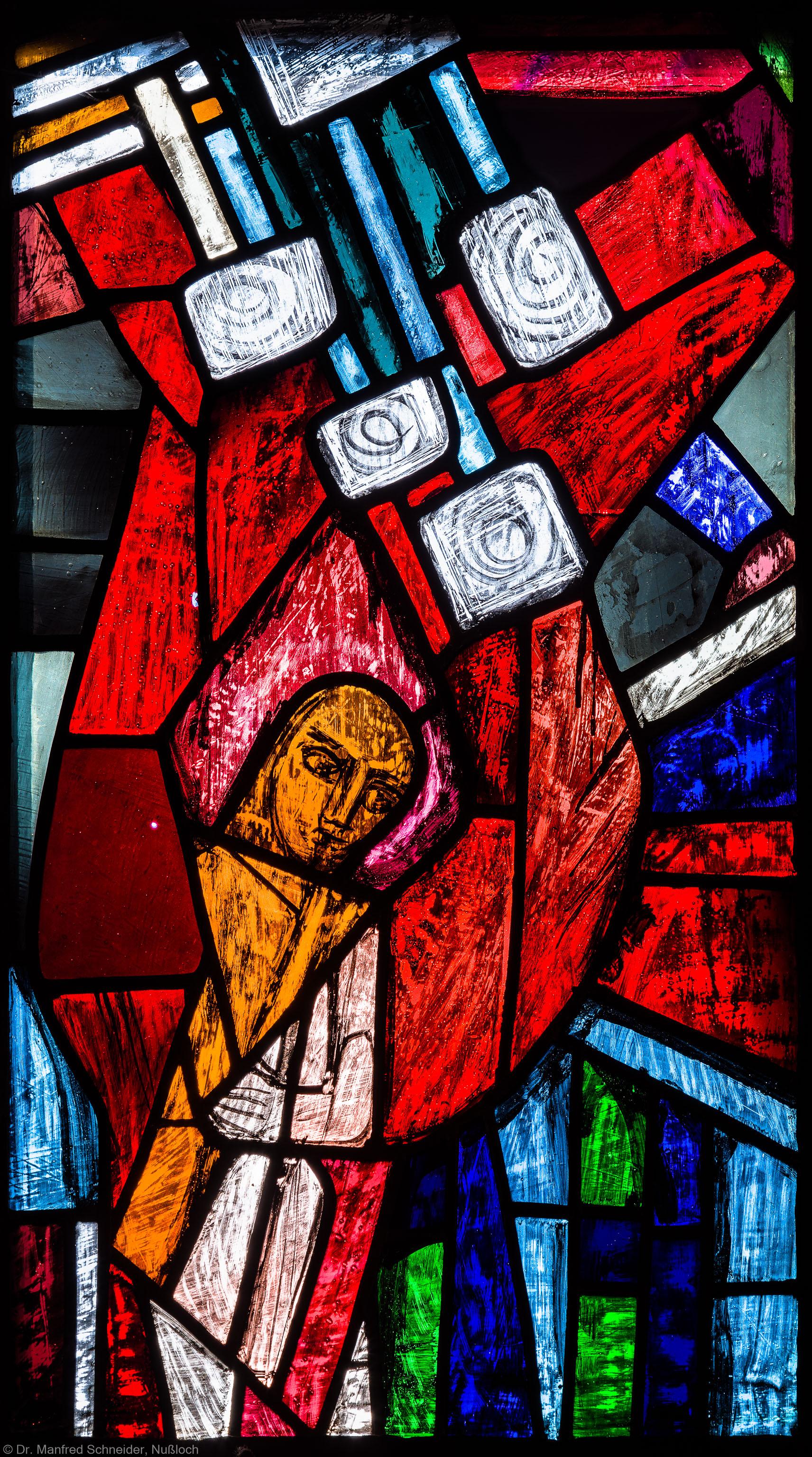 """Heidelberg - Heiliggeistkirche - Westempore - Engel (obere Zeile, 3. Bahn) aus dem """"Offenbarungsfenster"""" von Hans Gottfried von Stockhausen (aufgenommen im Juli 2013, am späten Nachmittag)"""