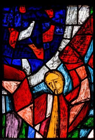 """Heidelberg - Heiliggeistkirche - Westempore - Engel (untere Zeile, 3. Bahn) aus dem """"Offenbarungsfenster"""" von Hans Gottfried von Stockhausen (aufgenommen im Juli 2013, am späten Nachmittag)"""