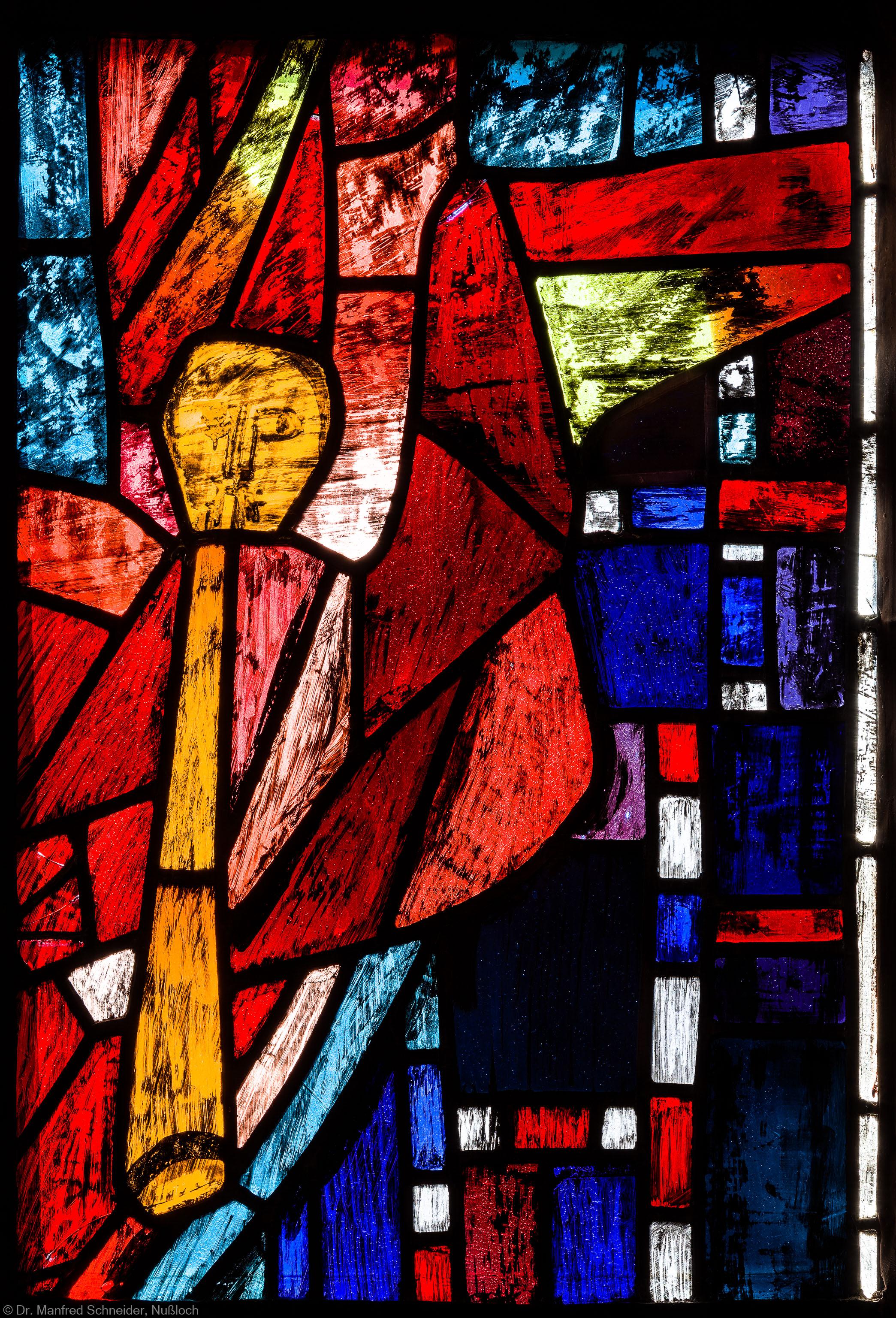 """Heidelberg - Heiliggeistkirche - Westempore - Engel (untere Zeile, 4. Bahn) aus dem """"Offenbarungsfenster"""" von Hans Gottfried von Stockhausen (aufgenommen im Juli 2013, am späten Nachmittag)"""