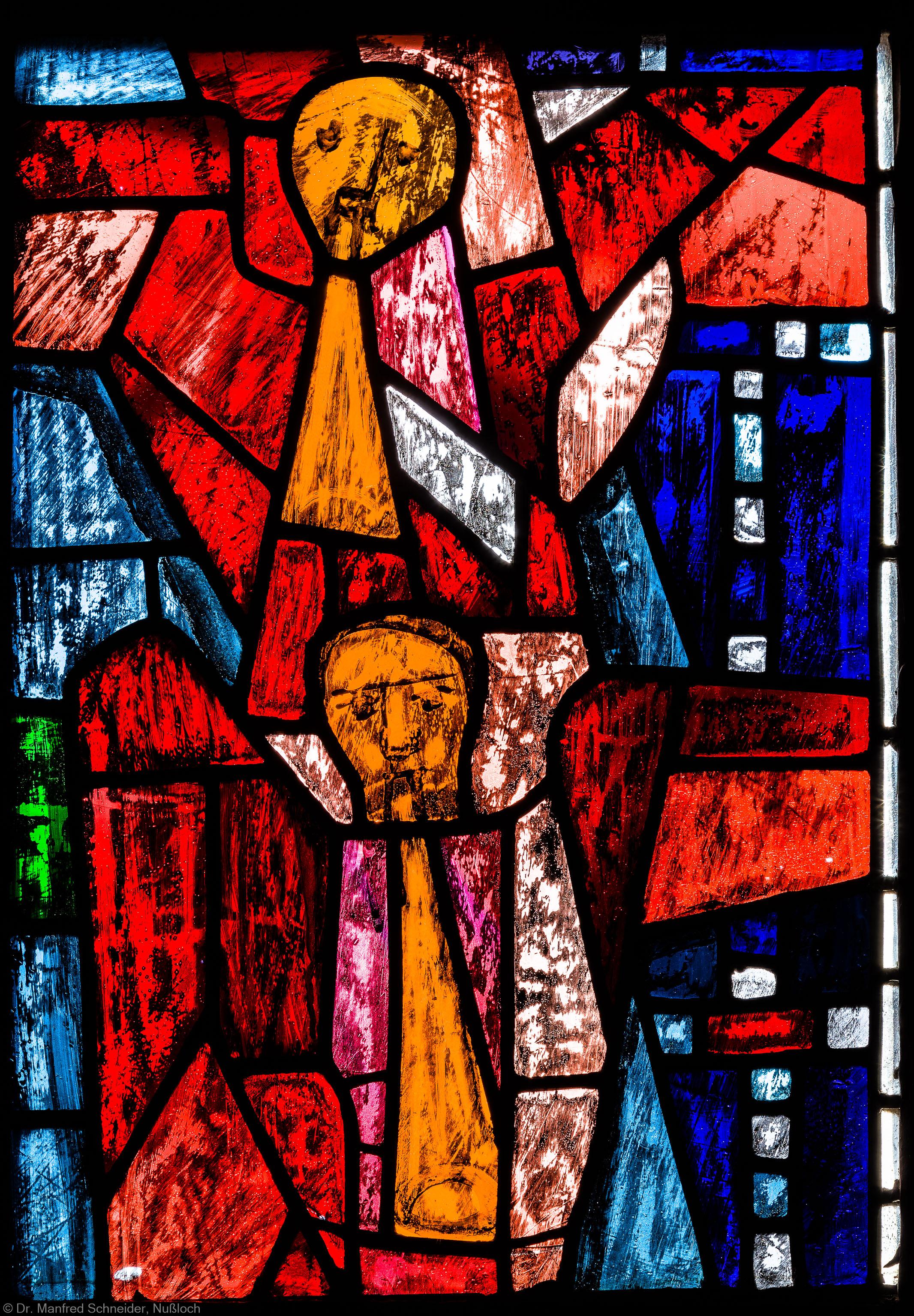 """Heidelberg - Heiliggeistkirche - Westempore - Engel (mittlere Zeile, 4. Bahn) aus dem """"Offenbarungsfenster"""" von Hans Gottfried von Stockhausen (aufgenommen im Juli 2013, am späten Nachmittag)"""