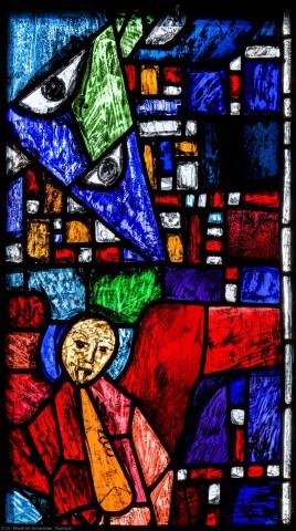 """Heidelberg - Heiliggeistkirche - Westempore - Engel (obere Zeile, 4. Bahn) aus dem """"Offenbarungsfenster"""" von Hans Gottfried von Stockhausen (aufgenommen im Juli 2013, am späten Nachmittag)"""