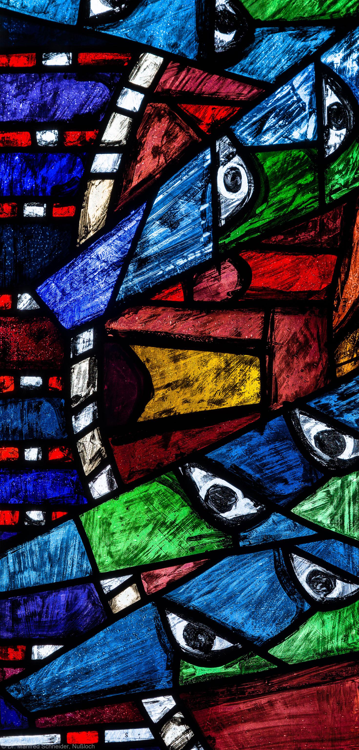 """Heidelberg - Heiliggeistkirche - Westempore - Feld (2. Zeile, 1. Spalte) des """"Offenbarungsfensters"""" von Hans Gottfried von Stockhausen (aufgenommen im Juli 2013, am späten Nachmittag)"""