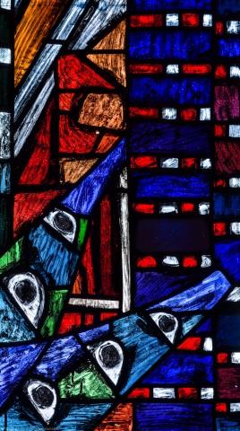 """Heidelberg - Heiliggeistkirche - Westempore - Feld (1. Zeile, 4. Spalte) des """"Offenbarungsfensters"""" von Hans Gottfried von Stockhausen (aufgenommen im Juli 2013, am späten Nachmittag)"""