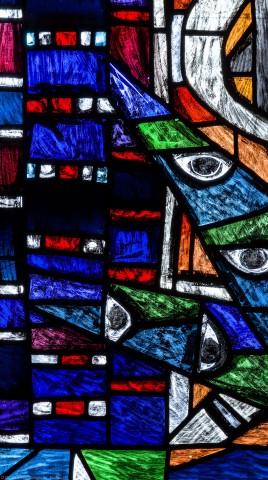 """Heidelberg - Heiliggeistkirche - Westempore - Feld (1. Zeile, 1. Spalte) des """"Offenbarungsfensters"""" von Hans Gottfried von Stockhausen (aufgenommen im Juli 2013, am späten Nachmittag)"""