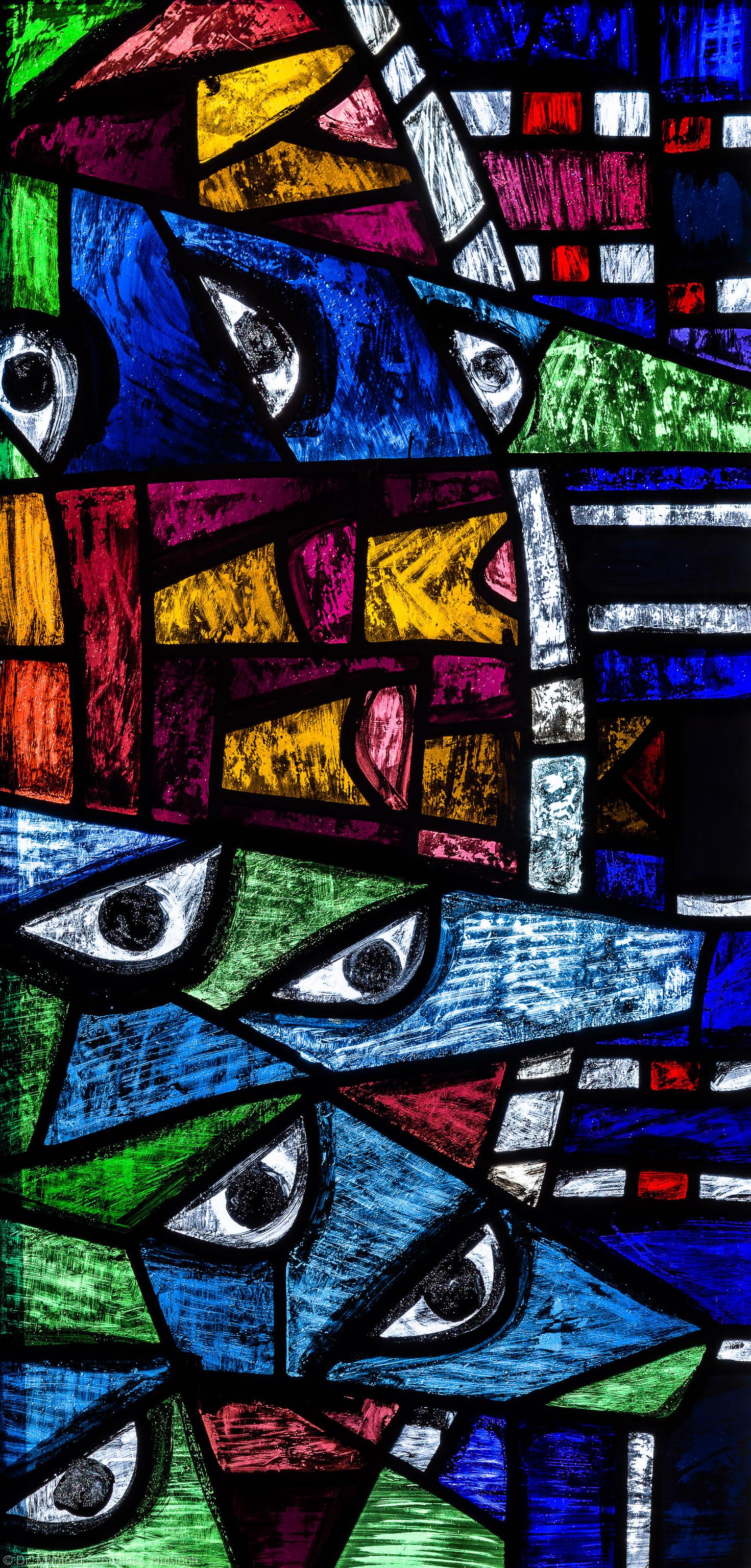 """Heidelberg - Heiliggeistkirche - Westempore - Feld (2. Zeile, 4. Spalte) des """"Offenbarungsfensters"""" von Hans Gottfried von Stockhausen (aufgenommen im Juli 2013, am späten Nachmittag)"""