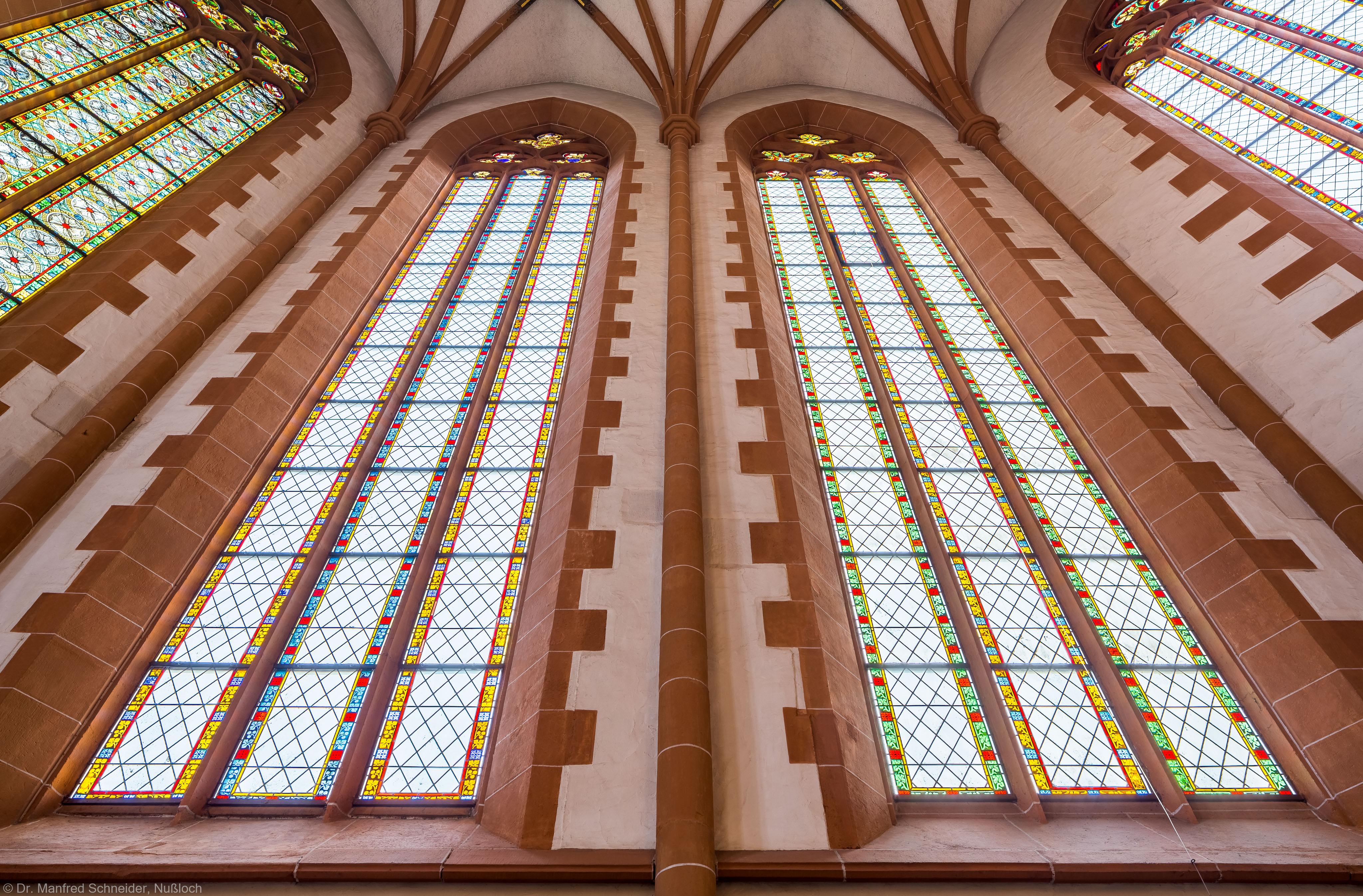 Heidelberg - Heiliggeistkirche - Chor - Blick von unten auf die südöstlichen Chorfenster, vor der Südostwand stehend (aufgenommen im Dezember 2013, am späten Vormittag)