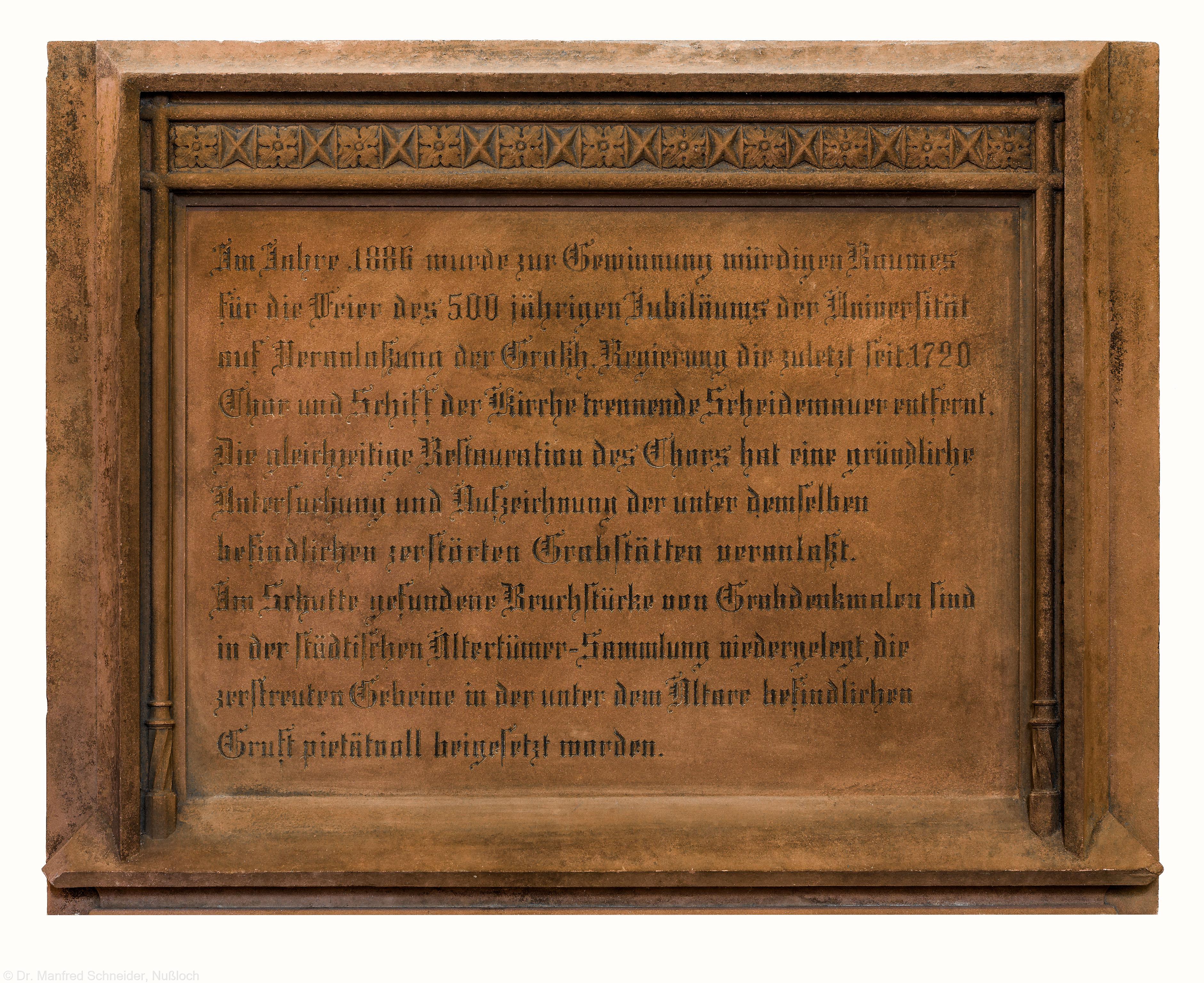 Heidelberg - Heiliggeistkirche - Südschiff - Gedenktafel zum Abriss der Scheidemauer 1886, an der Südwand, in der Mitte (aufgenommen im Januar 2014, am späten Vormittag)