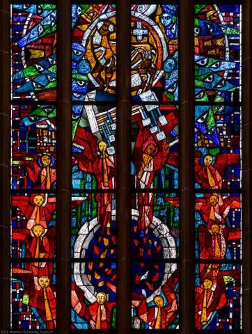 """Heidelberg - Heiliggeistkirche - Westempore - Mittelteil des """"Offenbarungsfensters"""" von Hans Gottfried von Stockhausen (aufgenommen im Mai 2014, am späten Vormittag)"""