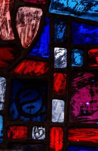 """Heidelberg - Heiliggeistkirche - Westempore - Ausschnitt aus einem Feld (unterste Zeile, 2. Bahn) des """"Offenbarungsfensters"""" von Hans Gottfried von Stockhausen (aufgenommen im Mai 2014, am Nachmittag)"""