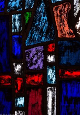 """Heidelberg - Heiliggeistkirche - Westempore - Ausschnitt aus einem Feld (unterste Zeile, 3. Bahn) des """"Offenbarungsfensters"""" von Hans Gottfried von Stockhausen (aufgenommen im Mai 2014, am Nachmittag)"""