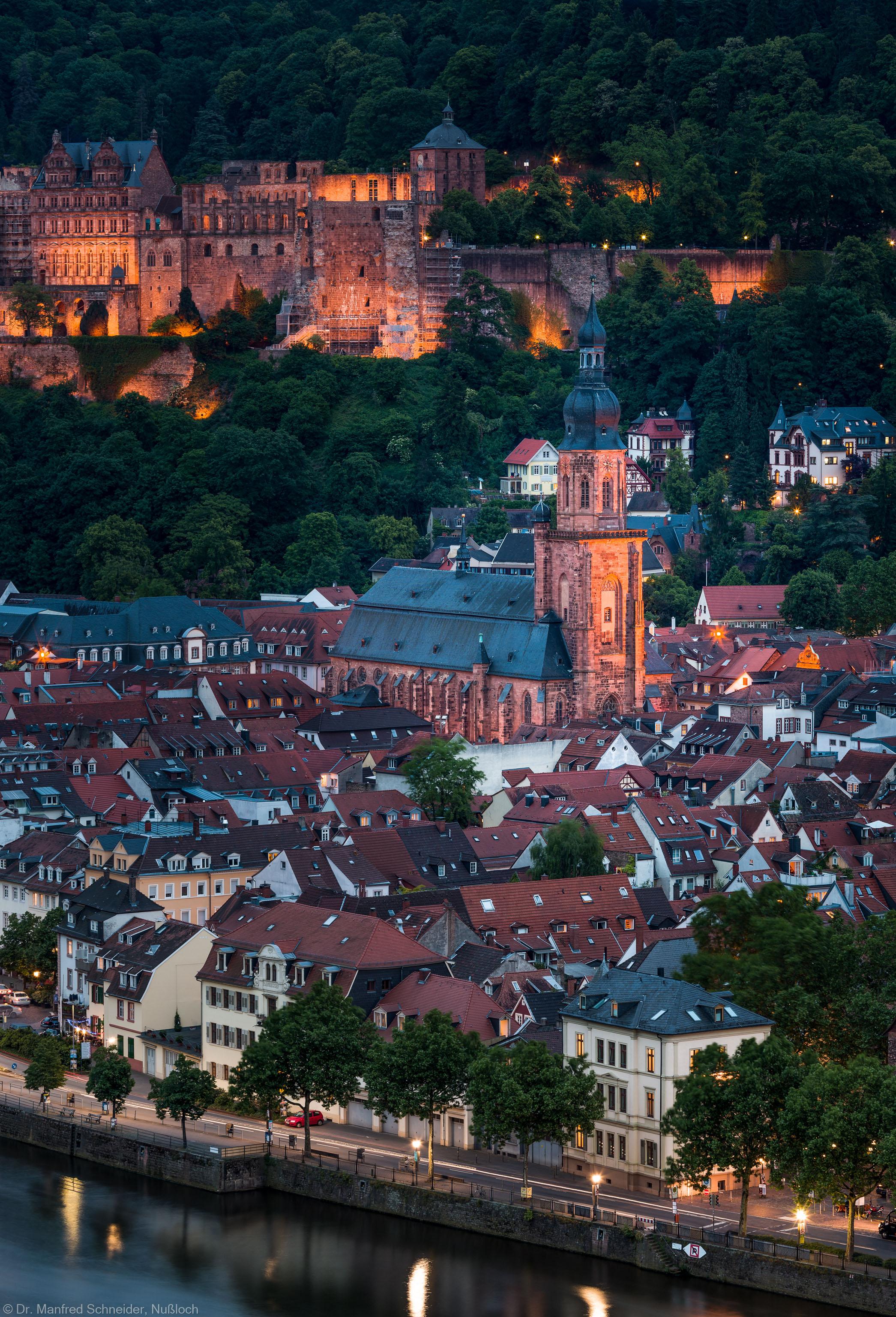 Heidelberg - Heiliggeistkirche - Nordwestseite - Blick vom westlichen Philosophenweg auf das Schloss, die Altstadt und die Heiliggeistkirche (aufgenommen im Mai 2014, am Abend)