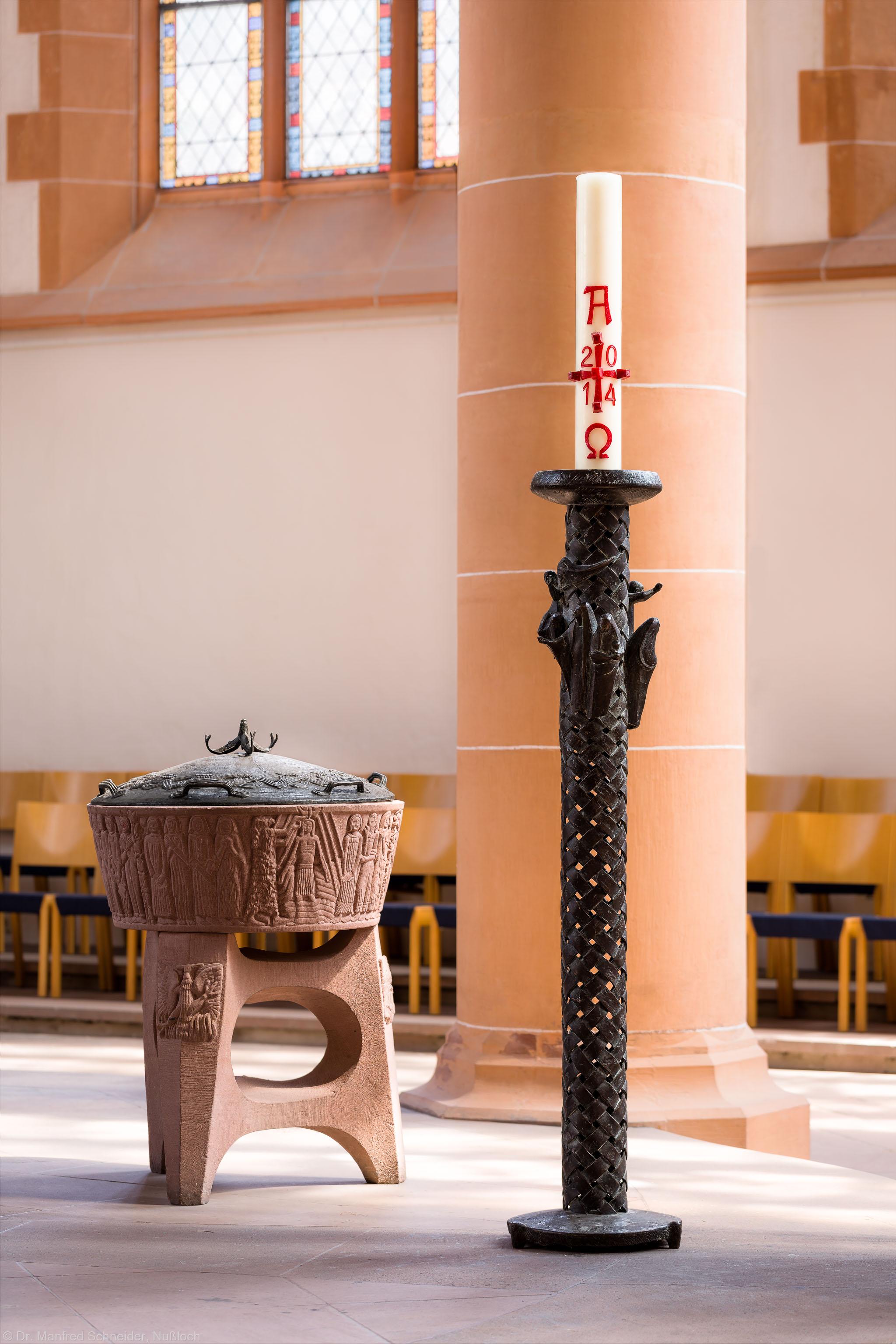 Heidelberg - Heiliggeistkirche - Altarbereich - Osterleuchter von Emil Jo Homolka und Taufbecken von Edzard Hobbing (aufgenommen im August 2014, am Nachmittag)