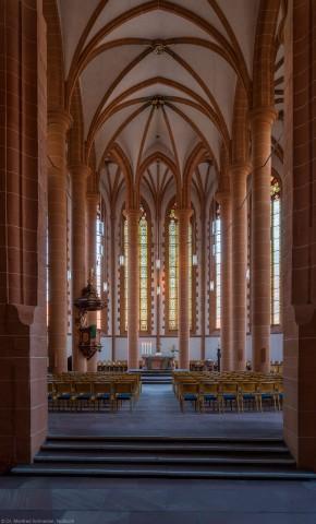 Heidelberg - Heiliggeistkirche - Chor - Blick in den Chor mit Triumphbogenpfeiler, Säulen, Gewölbe, Kanzel und Altar (aufgenommen im September 2014, am frühen Abend)