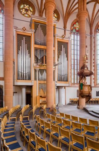 Heidelberg - Heiliggeistkirche - Chor - Hauptorgel - Blick vom Südwestchor auf die Kanzel und die Chororgel, erbaut von Steinmeyer 1980 bis 1993 (aufgenommen im Oktober 2014, am frühen Nachmittag)