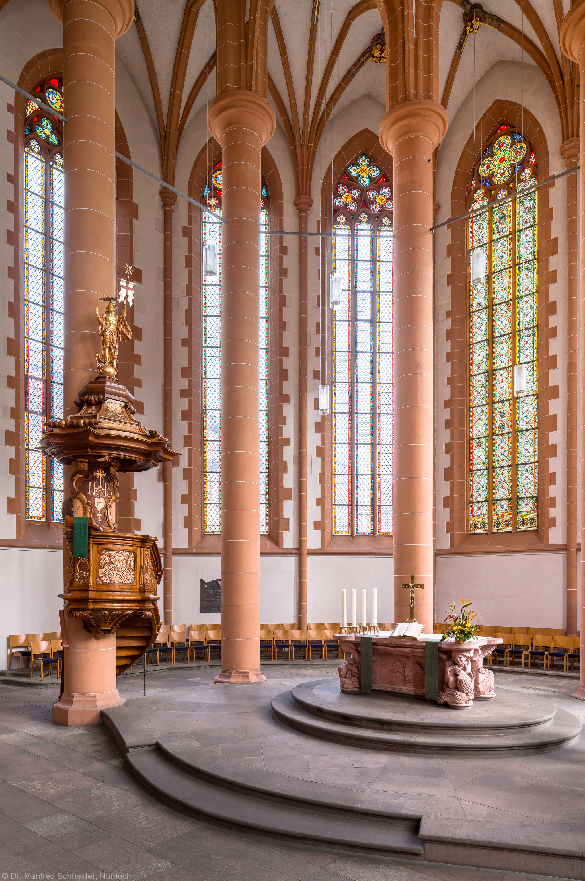Heidelberg - Heiliggeistkirche - Kanzel - Blick in den Chor, auf die Kanzel und den Altar (aufgenommen im Februar 2015, um die Mittagszeit)