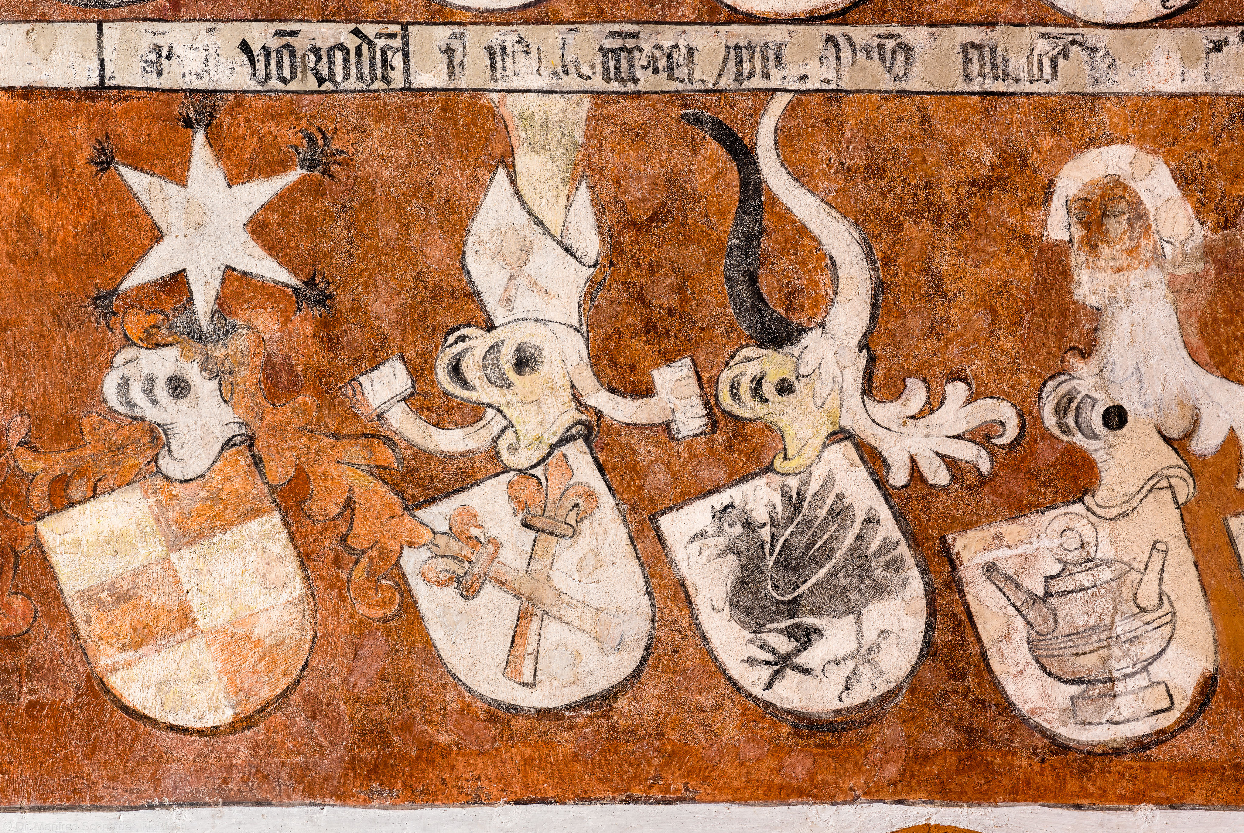 """Heidelberg - Heiliggeistkirche - Chor - Südostwand - Ausschnitt (unterste Reihe) aus dem Wappenfries der """"Gesellschaft mit dem Esel"""" (aufgenommen im März 2015, am Vormittag)"""