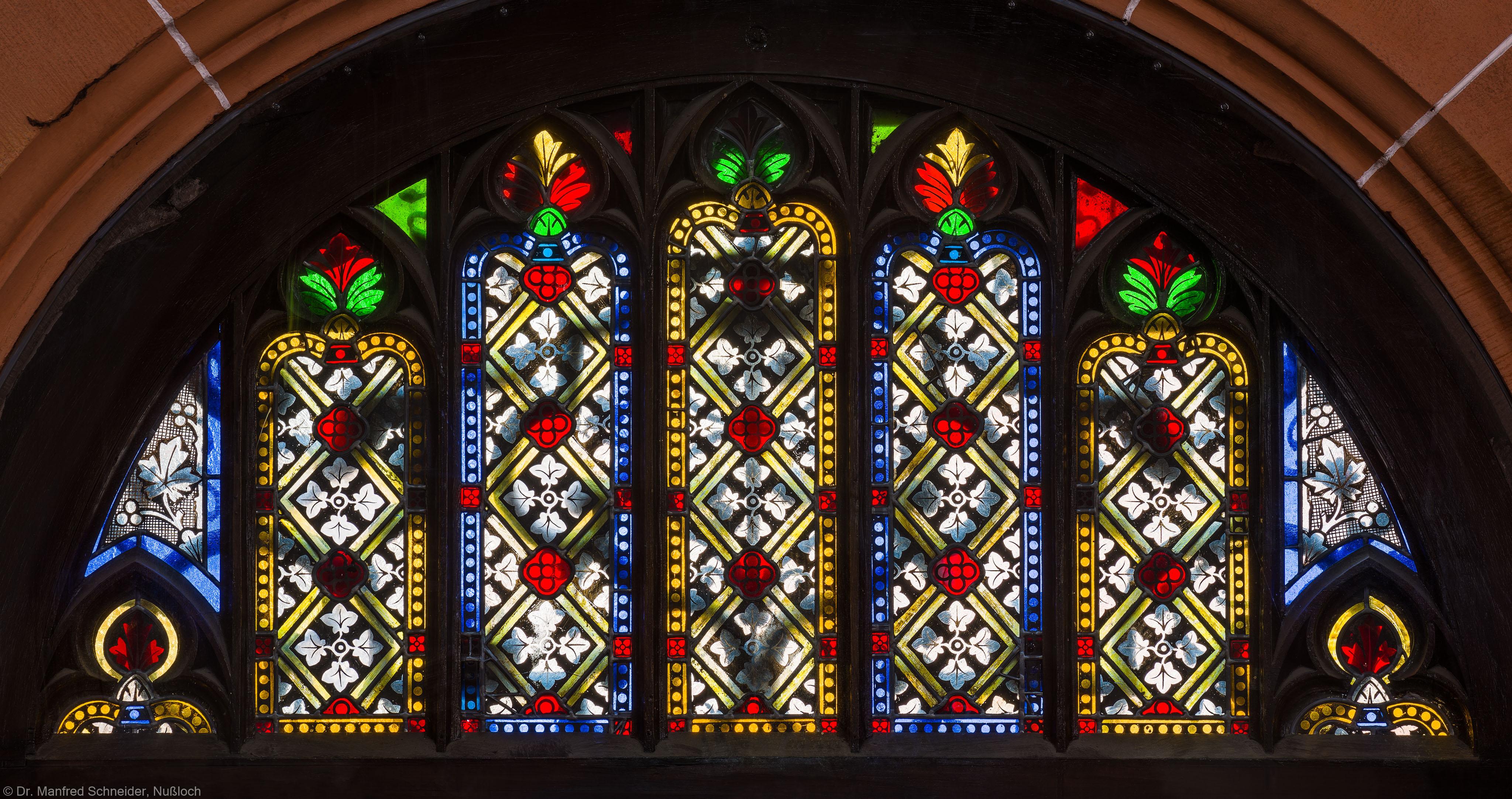 Heidelberg - Heiliggeistkirche - Nordseite - Mittleres Nordportal - In Holz gefasstes Rundbogenfenster (aufgenommen im März 2015, am Nachmittag)