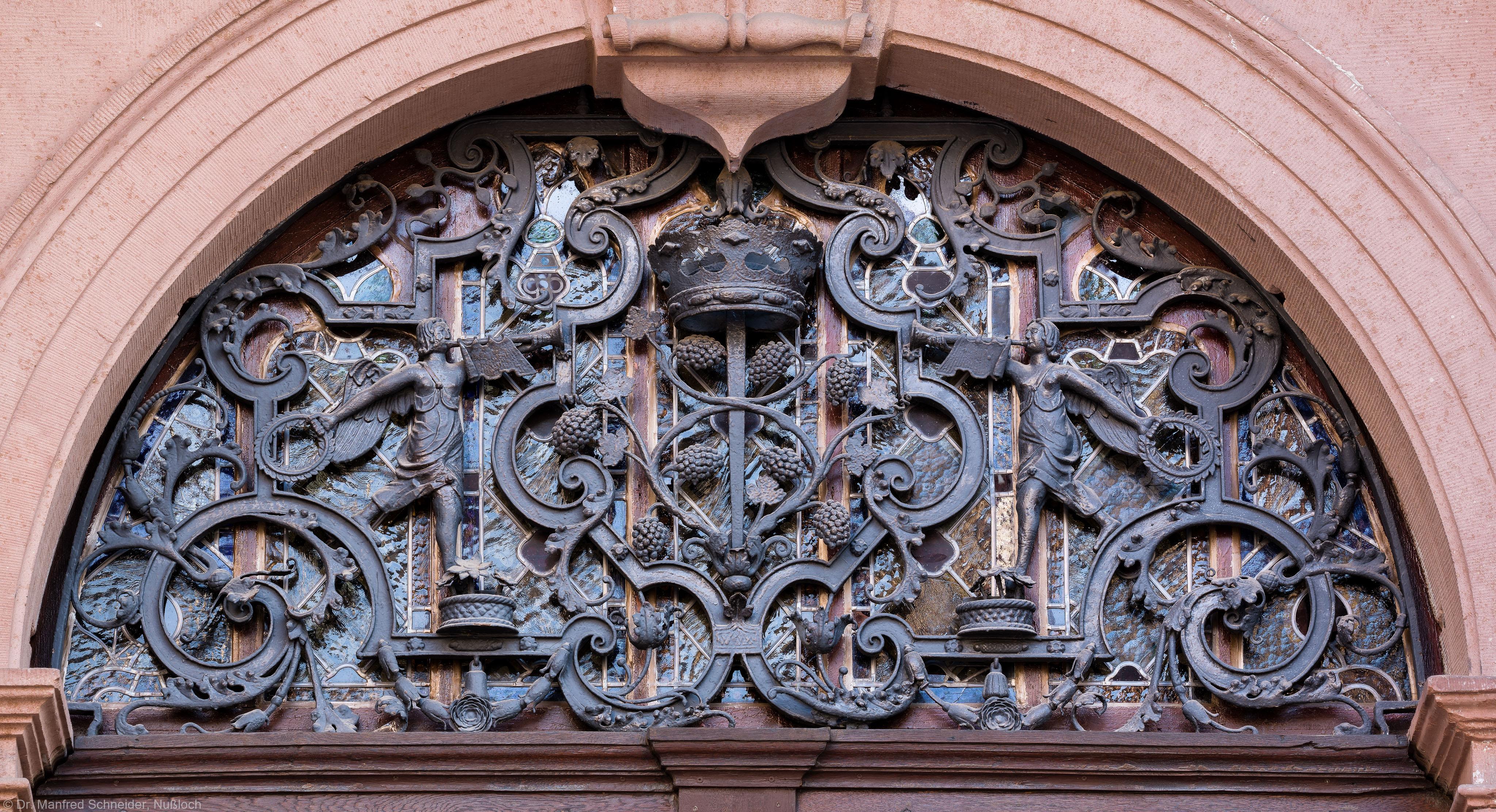 Heidelberg - Heiliggeistkirche - Nordseite - Mittleres Nordportal - Schmiedeeiserner Rundbogen über der Tür (aufgenommen im März 2015, am späten Nachmittag)