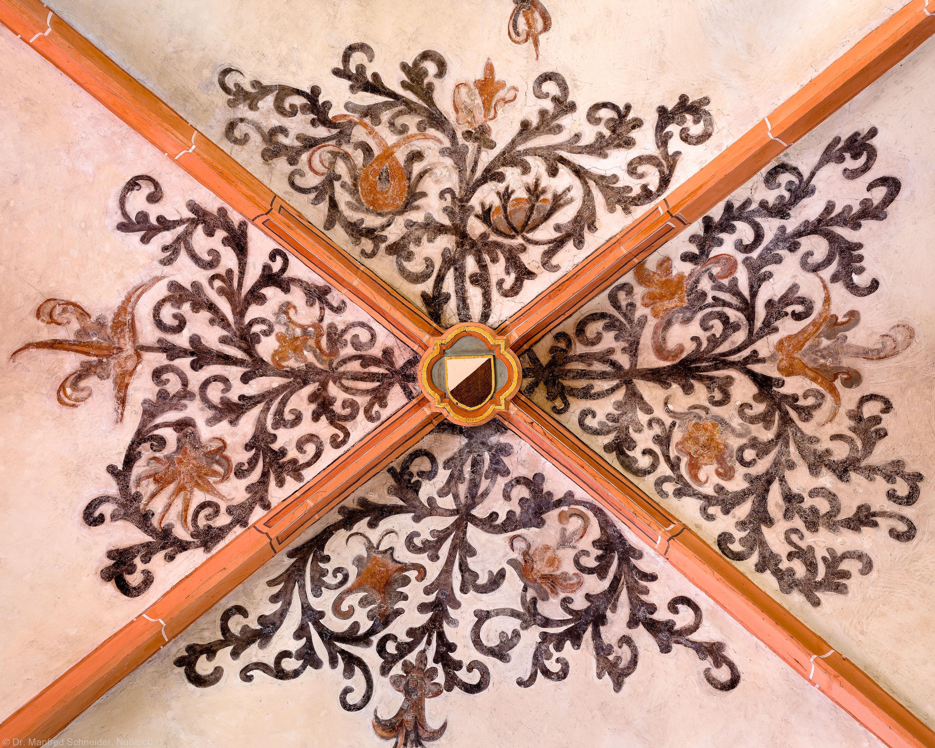 Heidelberg - Heiliggeistkirche - Südschiff - Schlußstein mit Ornament, 1. Joch, von Westen aus gezählt (aufgenommen im April 2015, um die Mittagszeit)