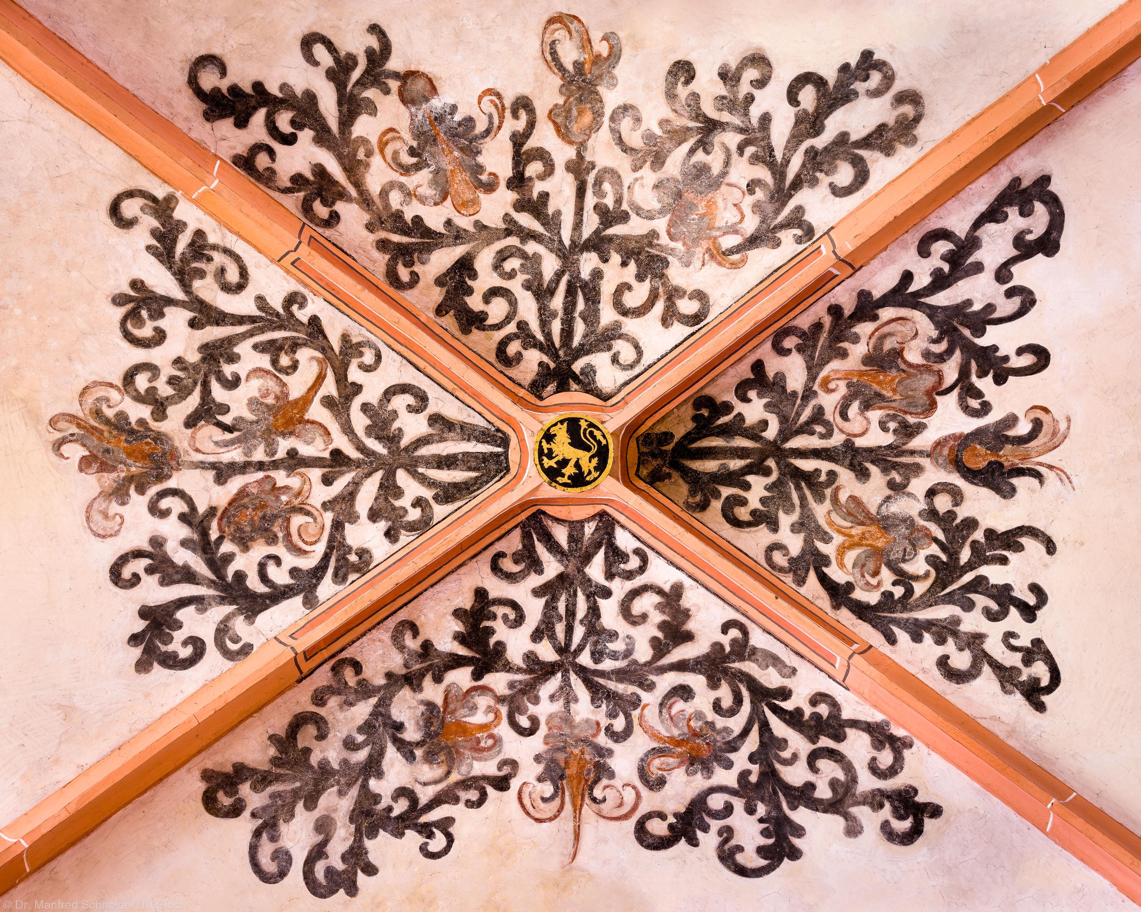Heidelberg - Heiliggeistkirche - Südschiff - Schlußstein mit Ornament, 2. Joch, von Westen aus gezählt (aufgenommen im April 2015, am Nachmittag)