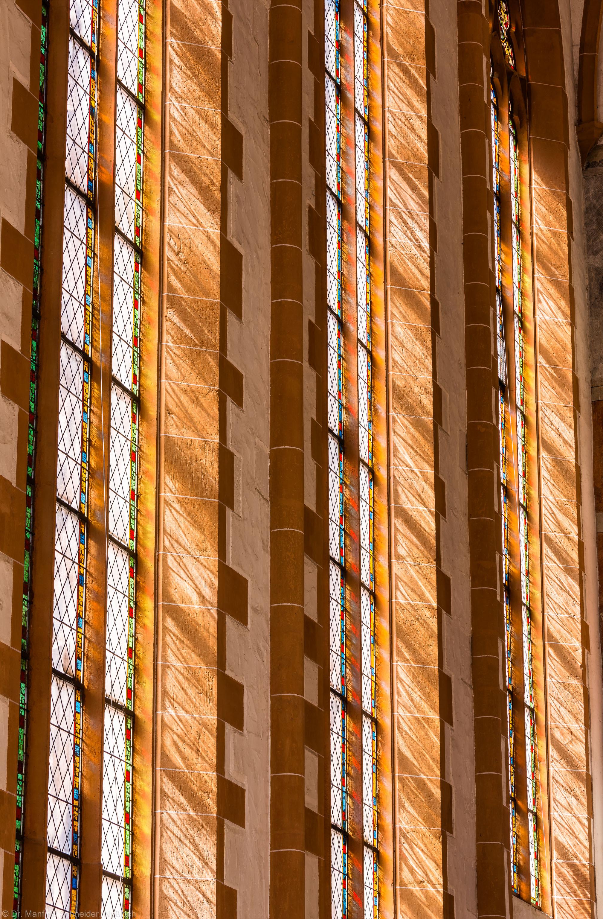 Heidelberg - Heiliggeistkirche - Chor - Blick von unten auf die südlichen Chorfenster im Morgenlicht, auf der Ostseite stehend (aufgenommen im April 2015, am späten Vormittag)