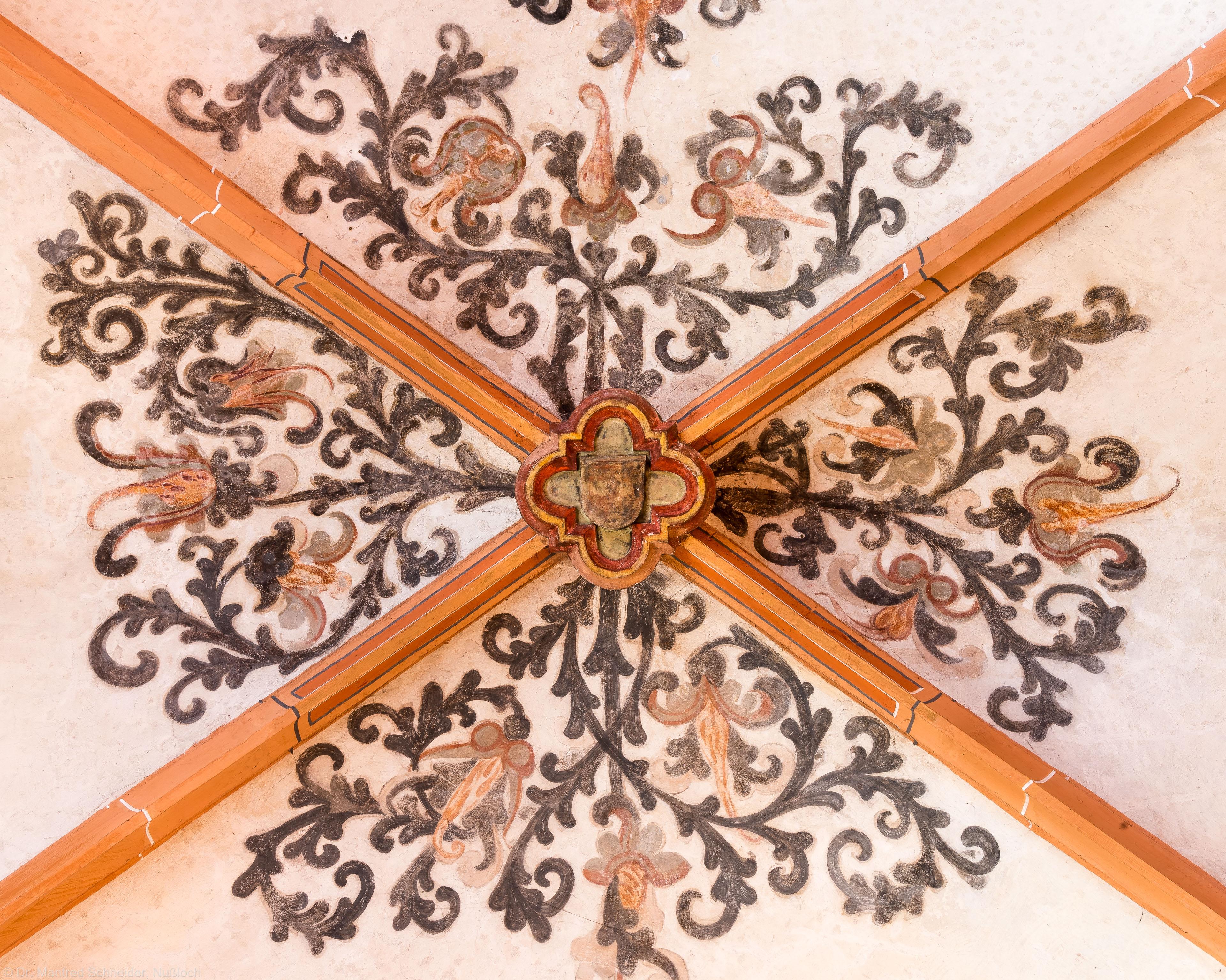 Heidelberg - Heiliggeistkirche - Nordschiff - Schlußstein mit Ornament, 2. Joch, von Westen aus gezählt (aufgenommen im April 2015, am Nachmittag)