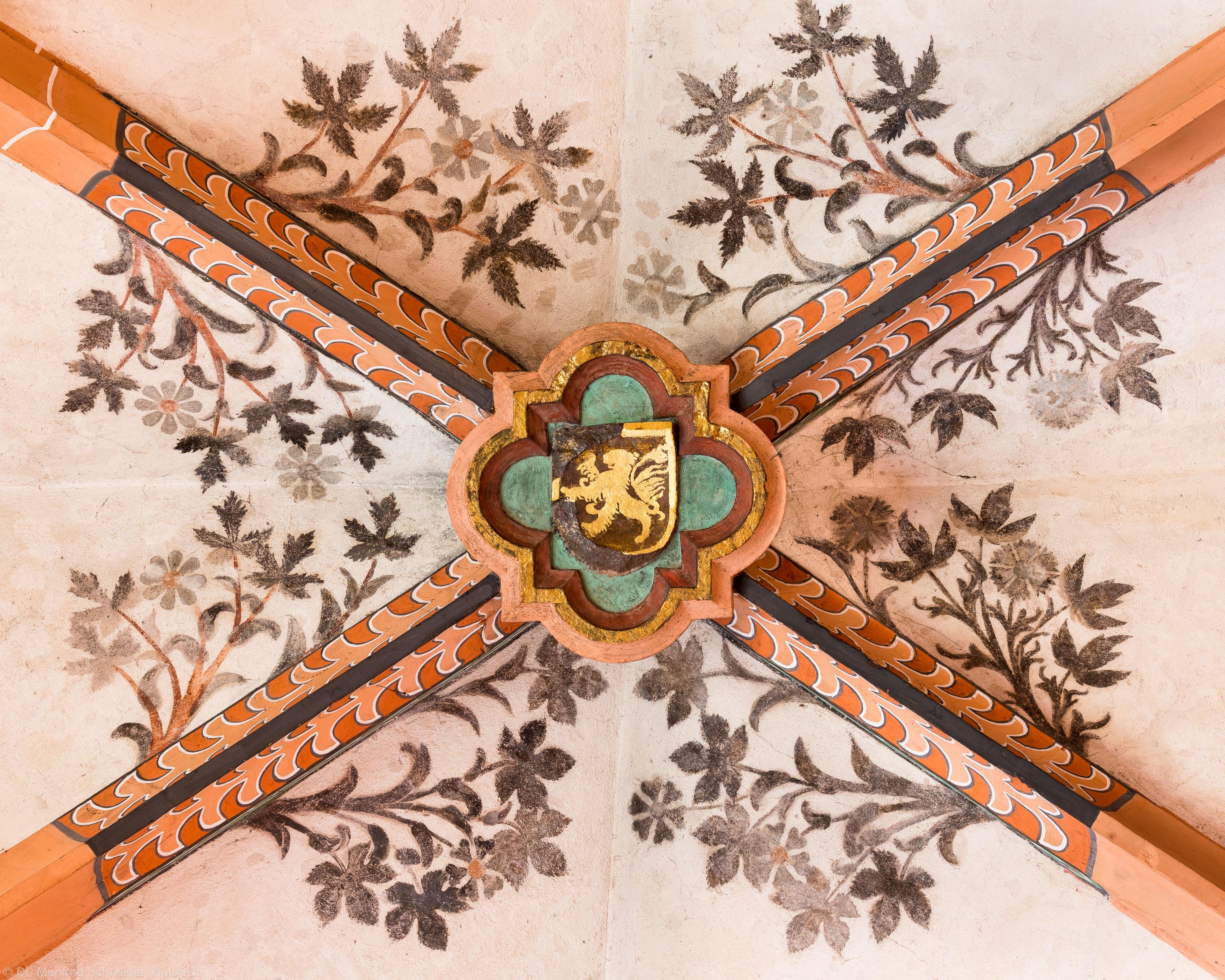 Heidelberg - Heiliggeistkirche - Nordschiff - Schlußstein mit Ornament, 3. Joch, von Westen aus gezählt (aufgenommen im April 2015, am Nachmittag)