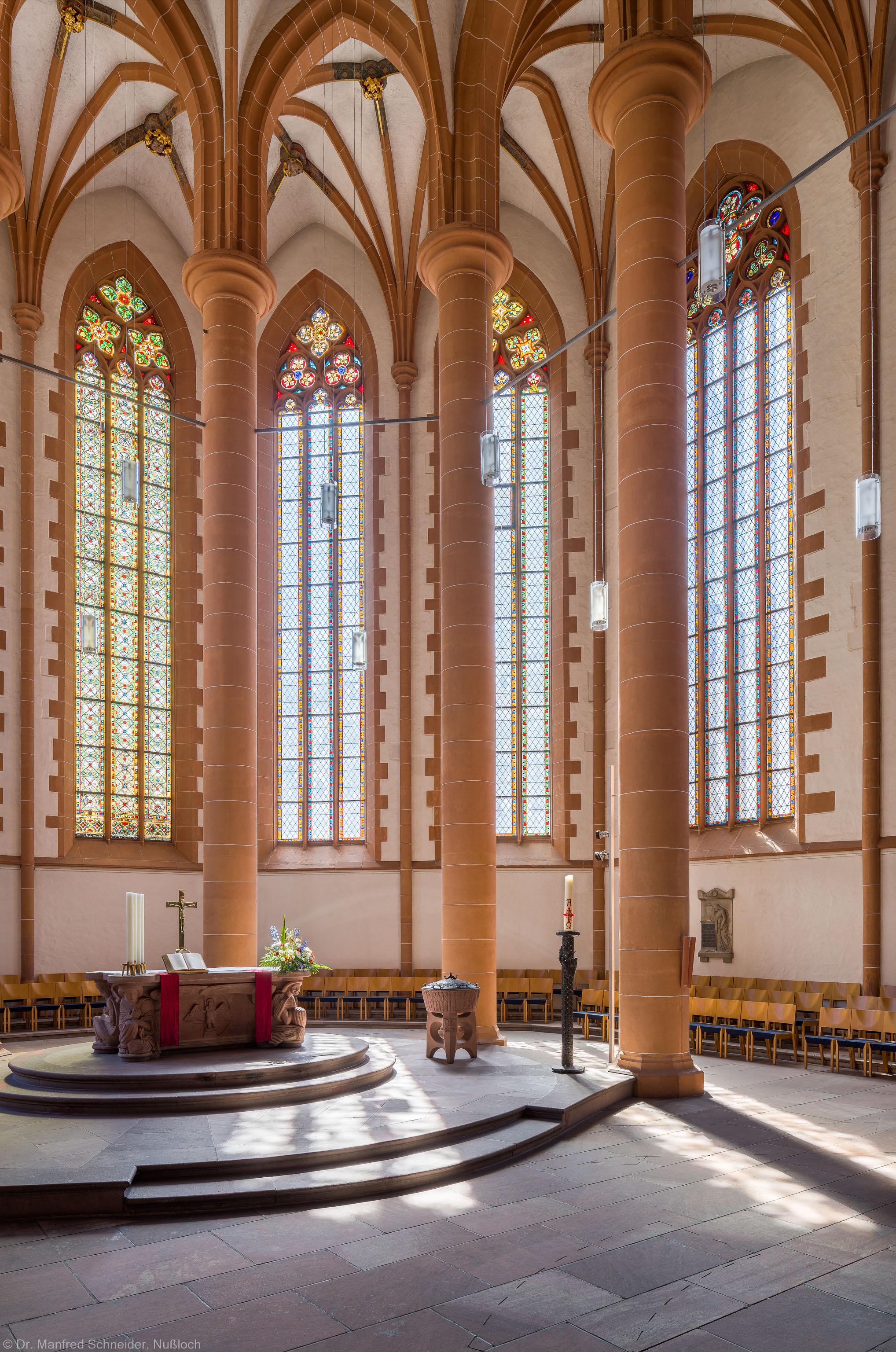 Heidelberg - Heiliggeistkirche - Chor - Blick in den Chor nach Südosten mit Säulen, Gewölbe und Altar (aufgenommen im Mai 2015, am späten Vormittag)