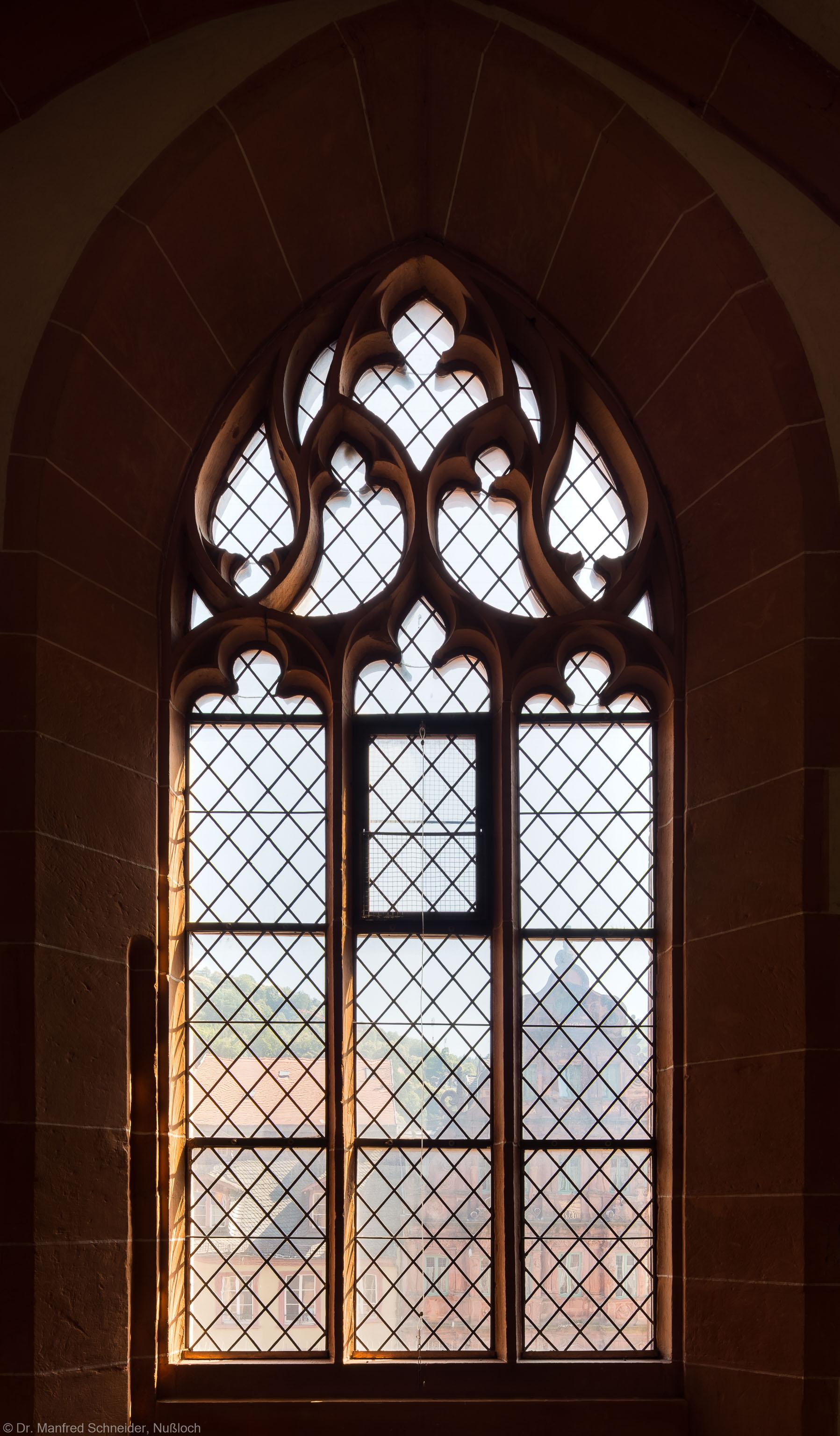 Heidelberg - Heiliggeistkirche - Westbau - Emporenebene - Südwestseite - Fenster nach Süden hin (aufgenommen im Juni 2015, am späten Nachmittag)