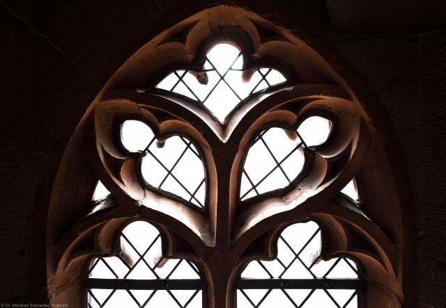 Heidelberg - Heiliggeistkirche - Westbau - Mittlere Zwischen-/Orgelmpore - Nordwestseite - Maßwerk des Fensters nach Westen (aufgenommen im Juni 2015, am späten Nachmittag)