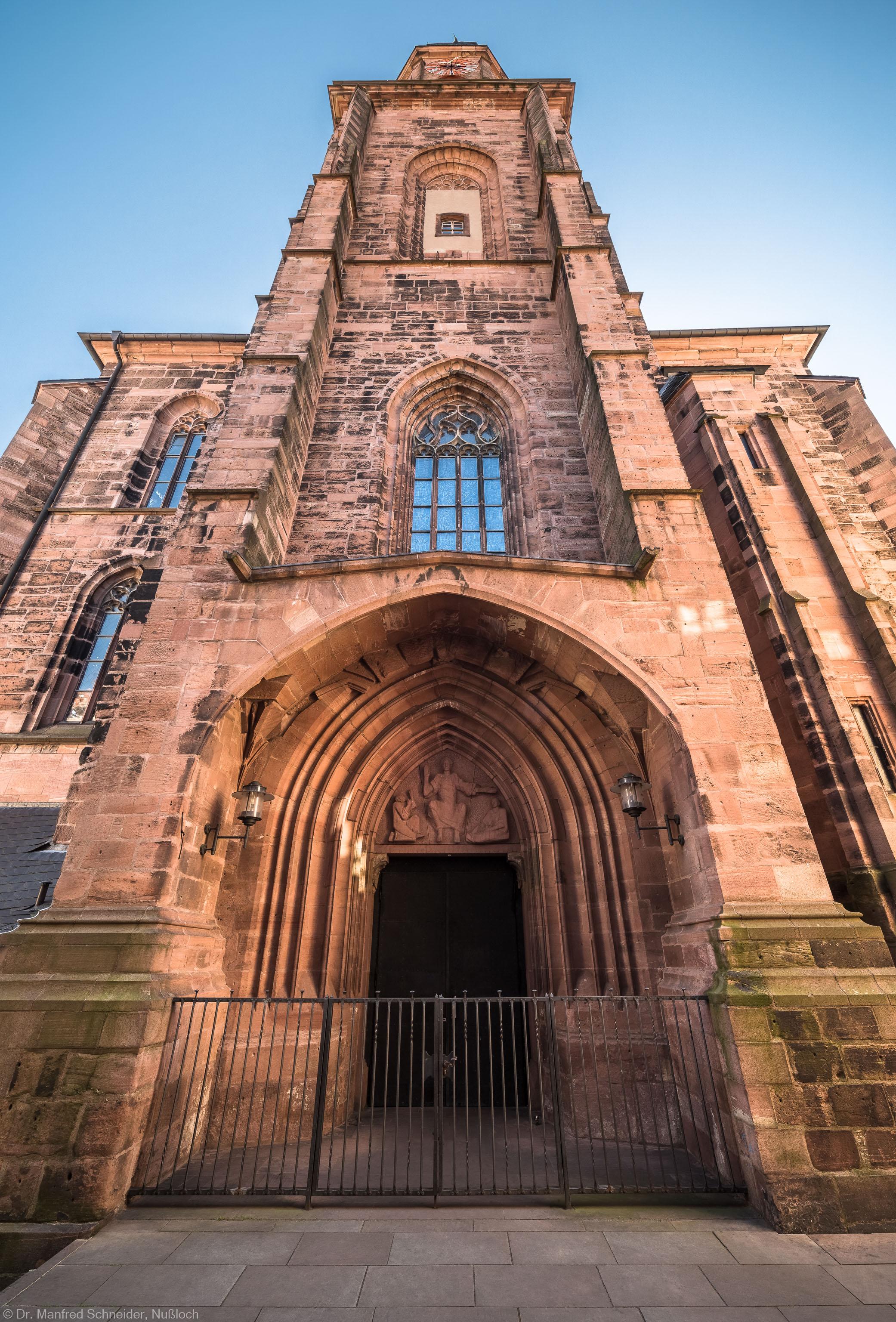 Heidelberg - Heiliggeistkirche - Aussen / West - Blick nach oben auf das Westwerk, das Hauptportal und den Turm (aufgenommen im Juli 2015, am späten Vormittag)