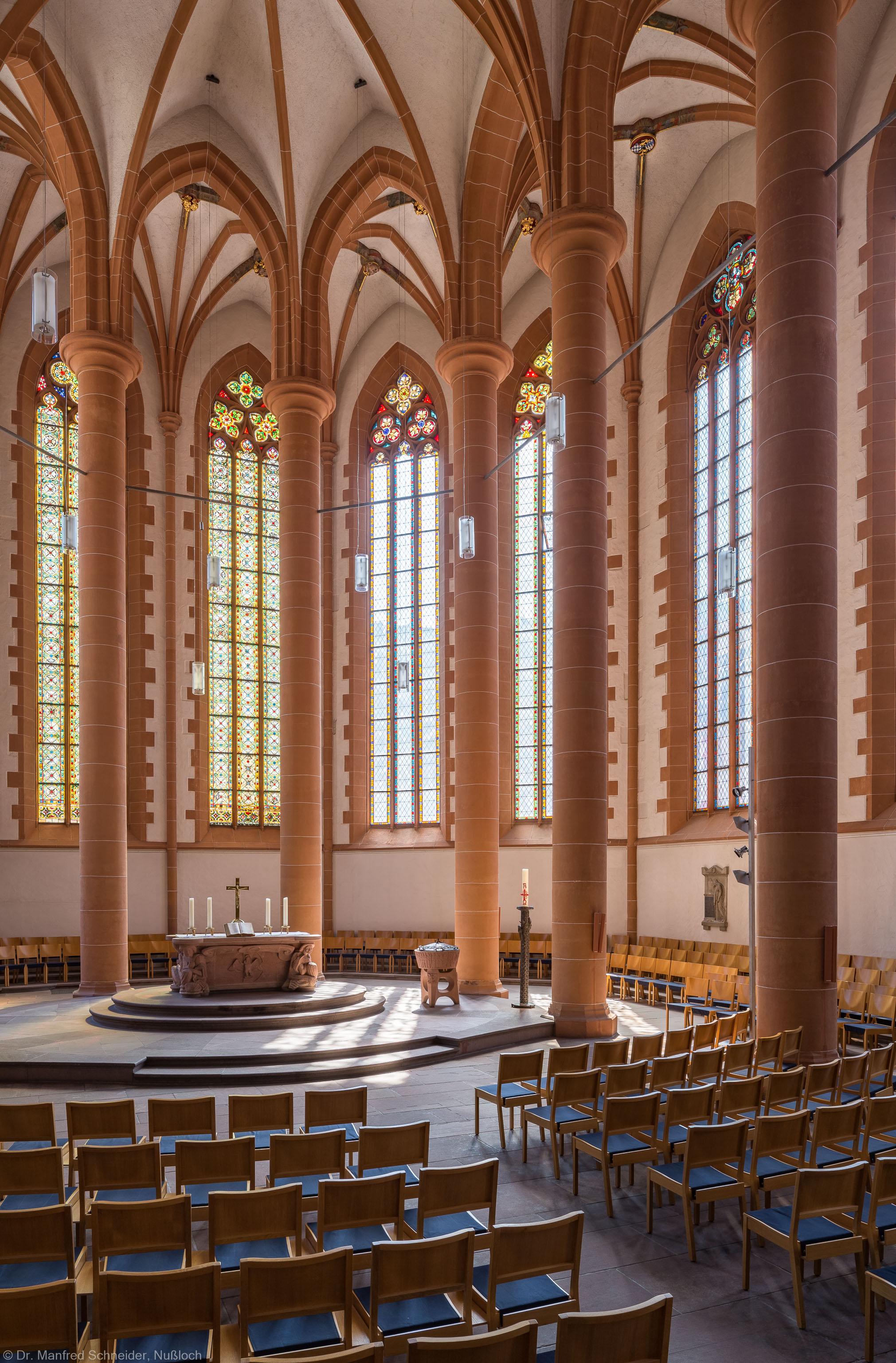 Heidelberg - Heiliggeistkirche - Chor - Blick in den Chor nach Südosten mit Säulen, Gewölbe und Altar (aufgenommen im Juli 2015, am späten Vormittag)