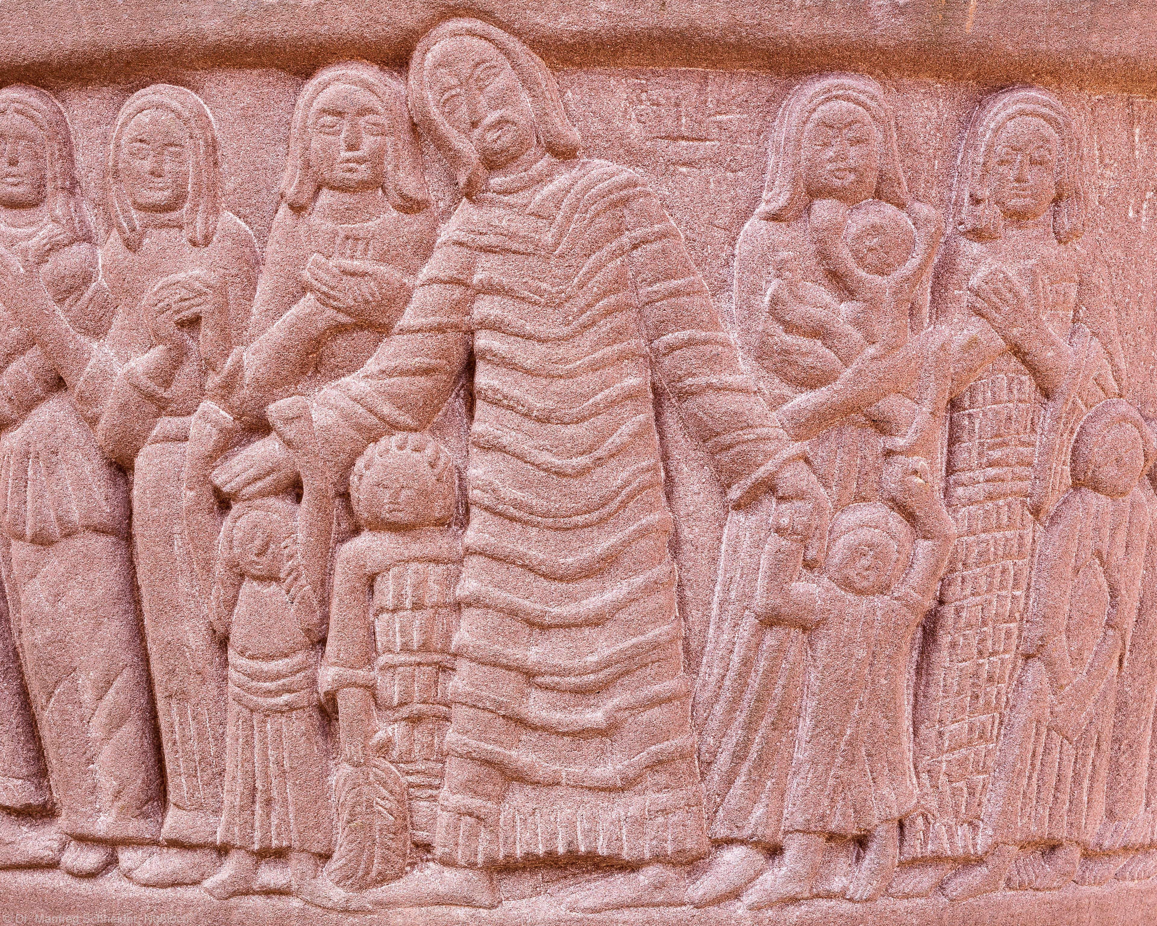 """Heidelberg - Heiliggeistkirche - Altarbereich - Taufbecken von Edzard Hobbing - Segment """"Christus"""" (aufgenommen im August 2015, um die Mittagszeit)"""