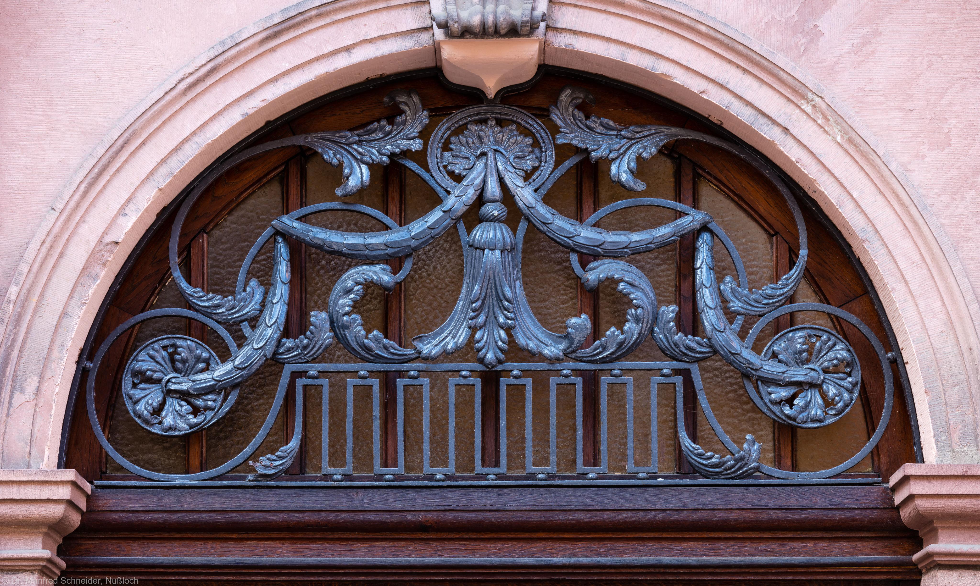 Heidelberg - Heiliggeistkirche - Südseite - Westliches Südportal - Schmiedeeiserner Rundbogen über der Tür (aufgenommen im August 2015, am späten Nachmittag)