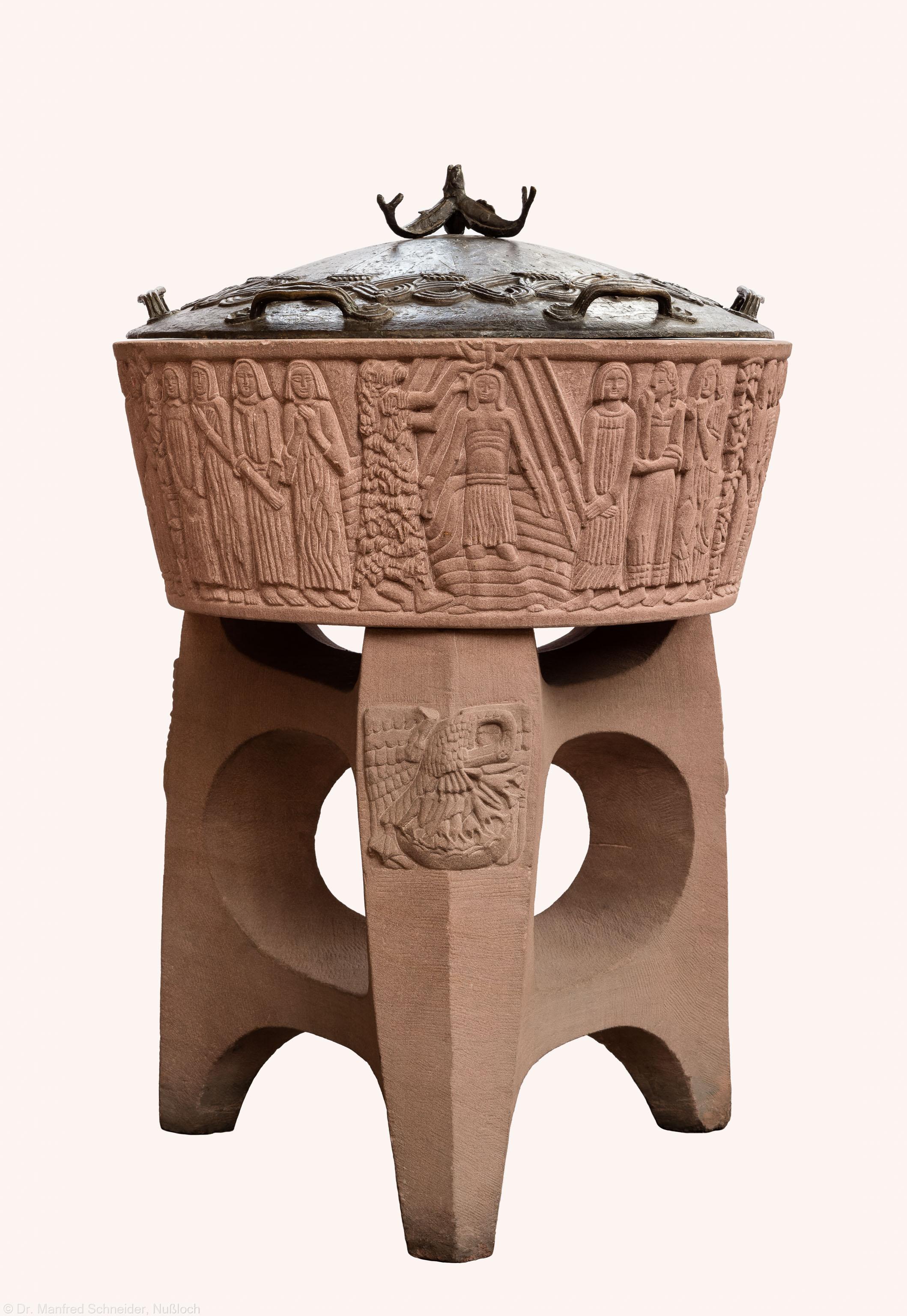 Heidelberg - Heiliggeistkirche - Altarbereich - Gesamtansicht des Taufbeckens von Edzard Hobbing (aufgenommen im September 2015, am frühen Nachmittag)