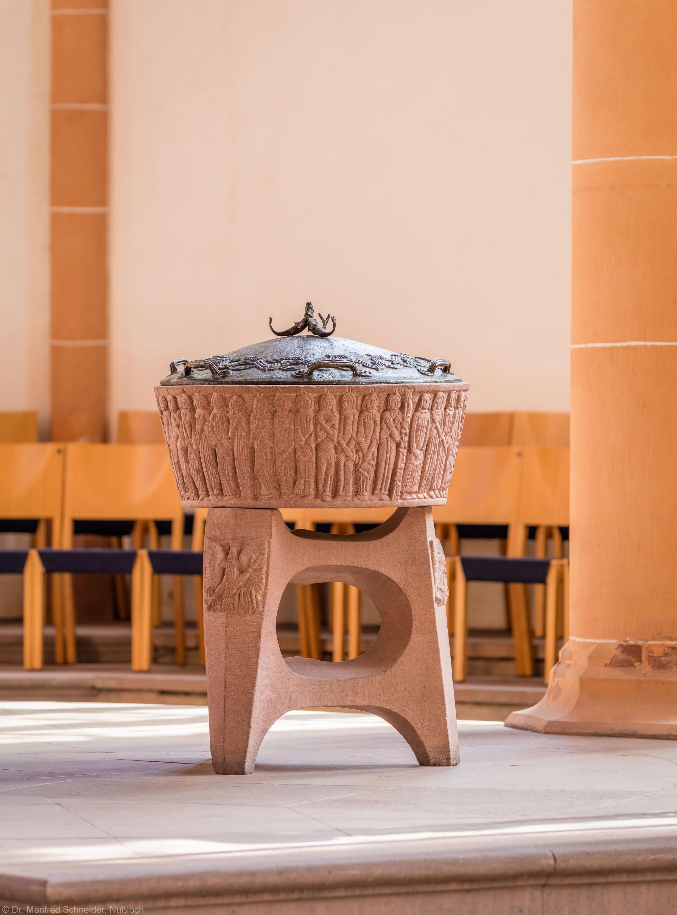 Heidelberg - Heiliggeistkirche - Altarbereich - Blick von der Chormitte auf das Taufbecken von Edzard Hobbing (aufgenommen im September 2015, um die Mittagszeit)
