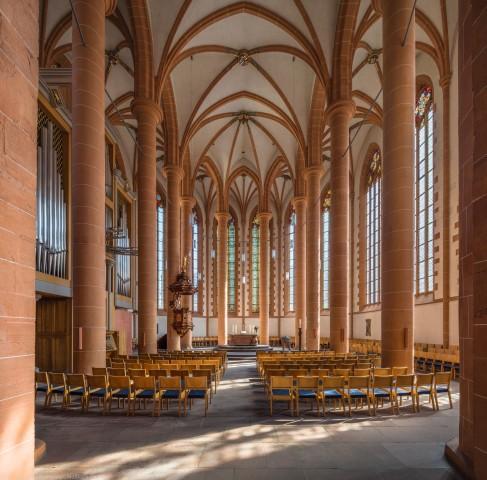 Heidelberg - Heiliggeistkirche - Chor - Blick in den Chor mit Säulen, Gewölbe, Orgel, Kanzel und Altar (aufgenommen im September 2015, um die Mittagszeit)