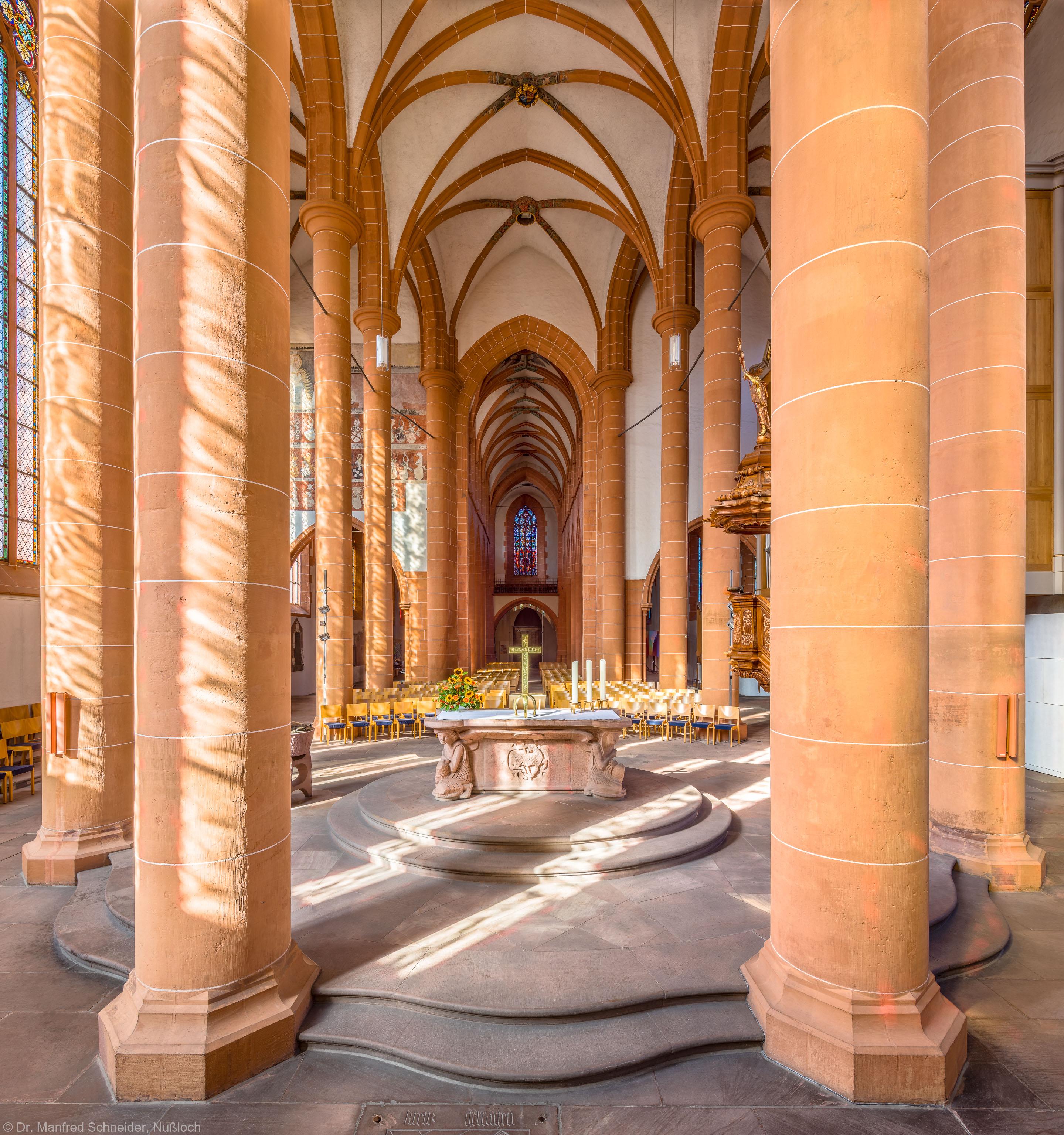 Heidelberg - Heiliggeistkirche - Chor - Blick vom Chorhaupt in den Chor nach Westen mit Säulen, Gewölbe und Altar (aufgenommen im September 2015, am späten Vormittag)