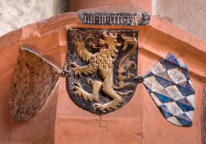 Heidelberg - Heiliggeistkirche - Südschiff - Nordost-Pfeiler - Wappen mit Pfälzer Löwen und Wappen des Hauses Wittelsbach (aufgenommen im Oktober 2015, am frühen Nachmittag)