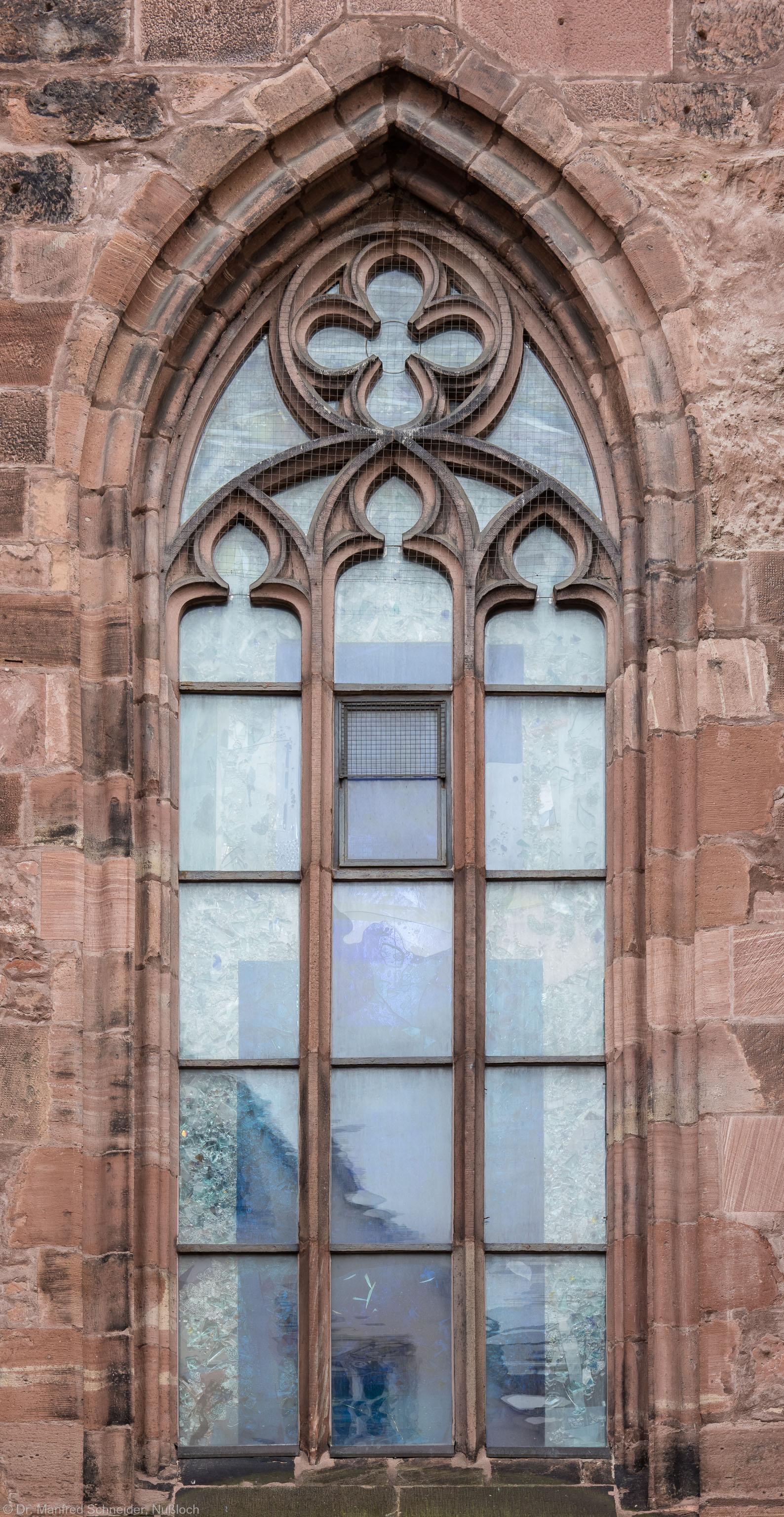 """Heidelberg - Heiliggeistkirche - Nordseite - 1. Fenster des Nordschiffs, von Westen aus gezählt - Blick auf das Fenster """"Schöpfungsgeschichte - Gottes Geist über den Wassern"""" von Hella De Santarossa (aufgenommen im Oktober 2015, am späten Vormittag)"""